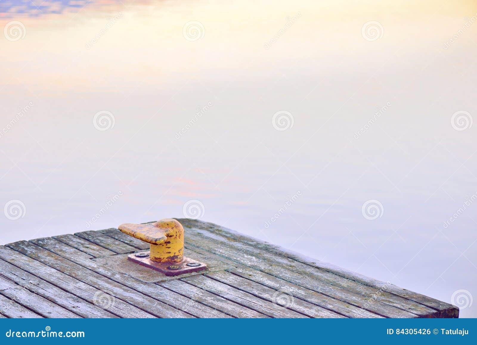 Κίτρινος στυλίσκος, ή μια λιμενική θέση, σε μια ξύλινη αποβάθρα