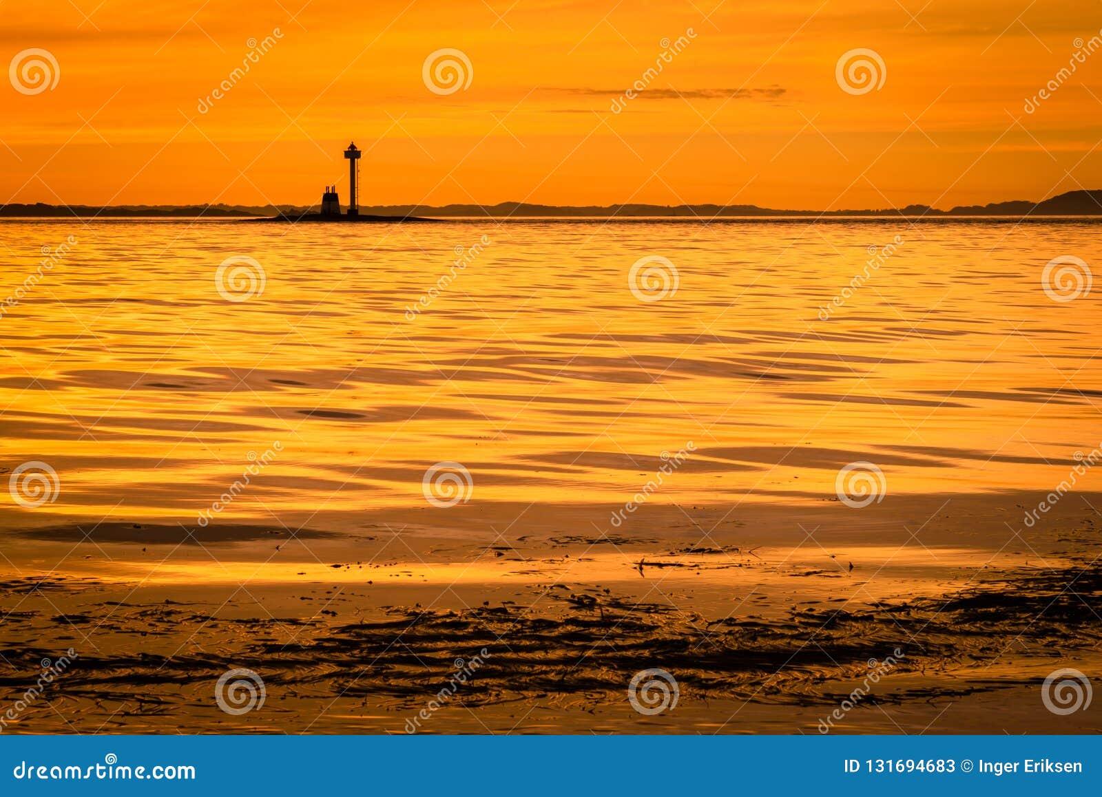 Κίτρινο ηλιοβασίλεμα κατά μήκος της ακτής του Stavanger, Νορβηγία