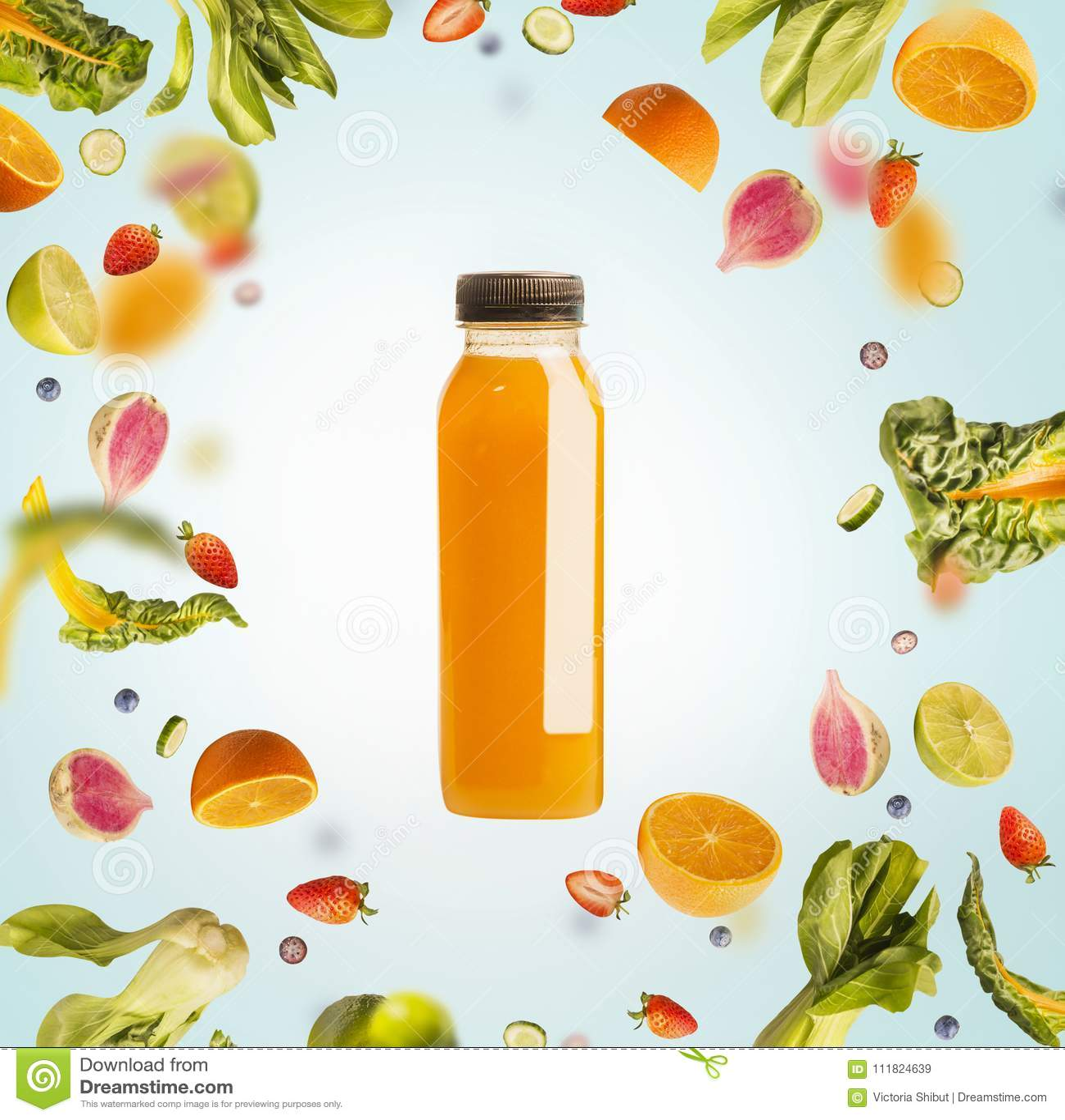 Κίτρινο μπουκάλι καταφερτζήδων ή χυμού με τα πετώντας ή μειωμένα συστατικά: εσπεριδοειδή, πορτοκάλια και μούρα στο ανοικτό μπλε υ