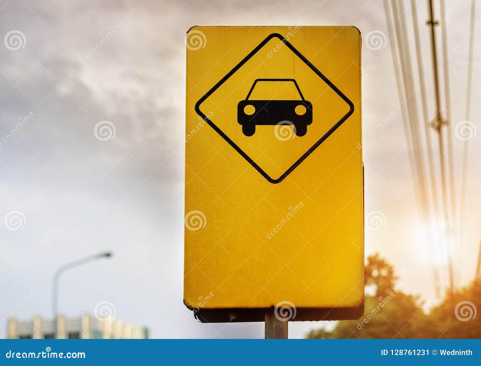 Κίτρινο σημάδι υπαίθριων σταθμών αυτοκινήτων στην πόλη