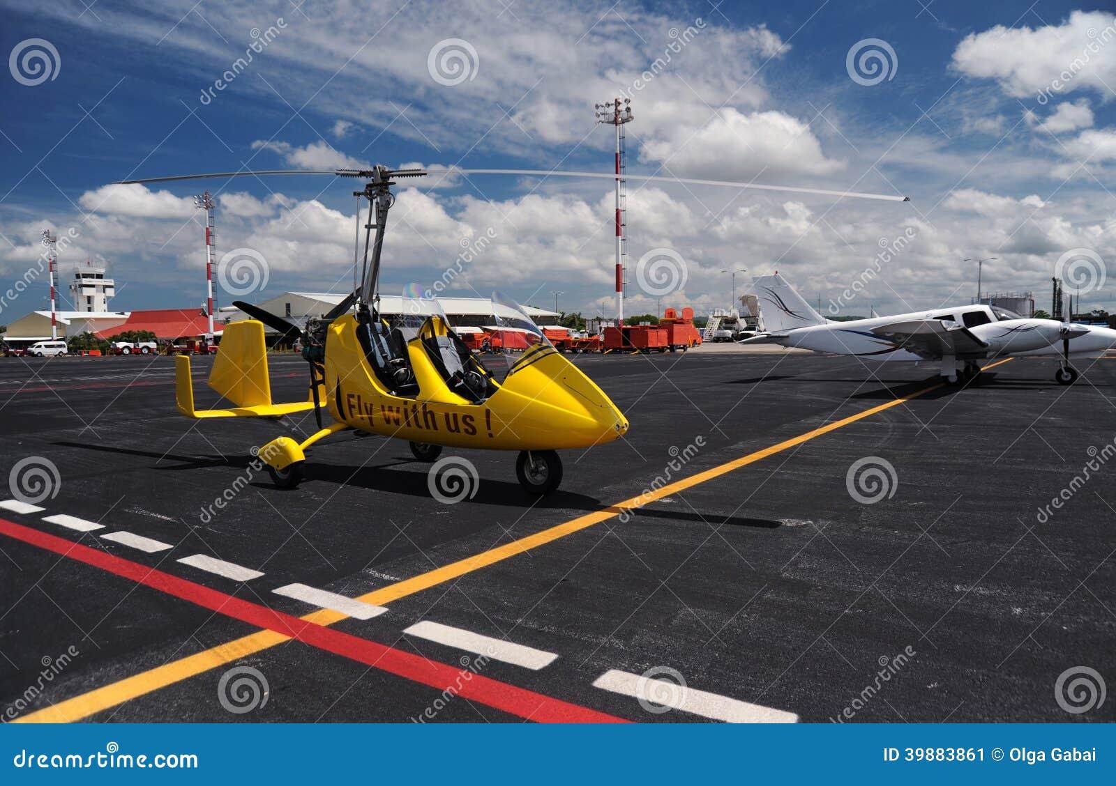 Κίτρινο gyroplane στο διεθνή αερολιμένα