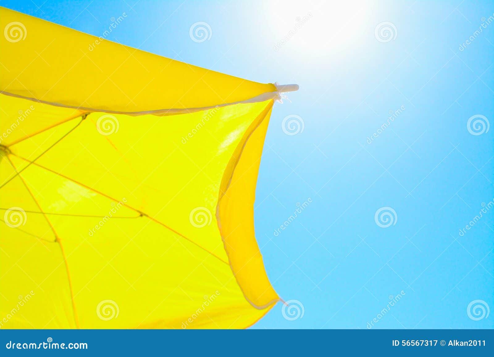 Download Κίτρινο Parasol κάτω από έναν λάμποντας ήλιο Στοκ Εικόνα - εικόνα από νησί, ιταλία: 56567317