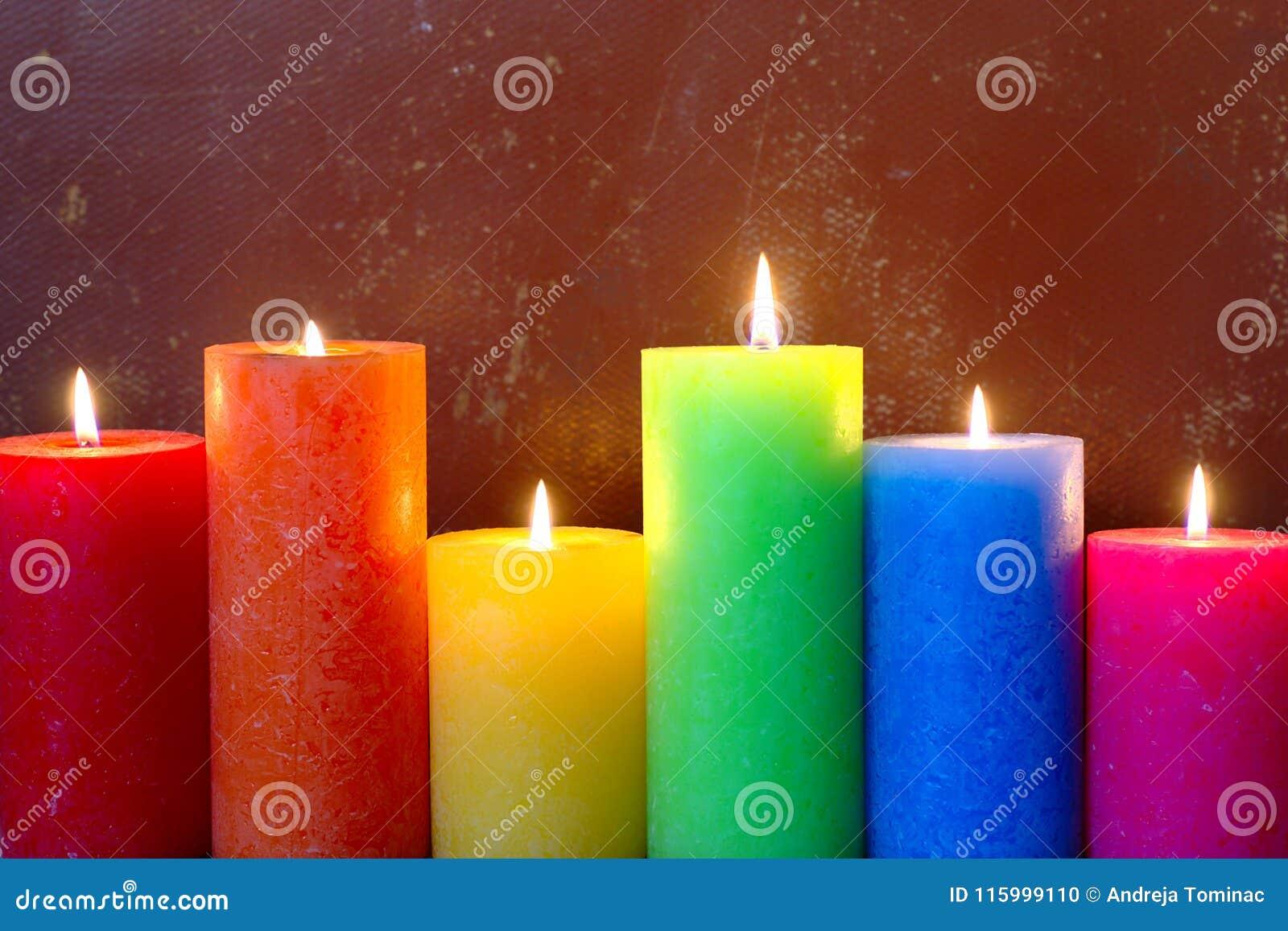 Καίγοντας κεριά στα χρώματα ουράνιων τόξων