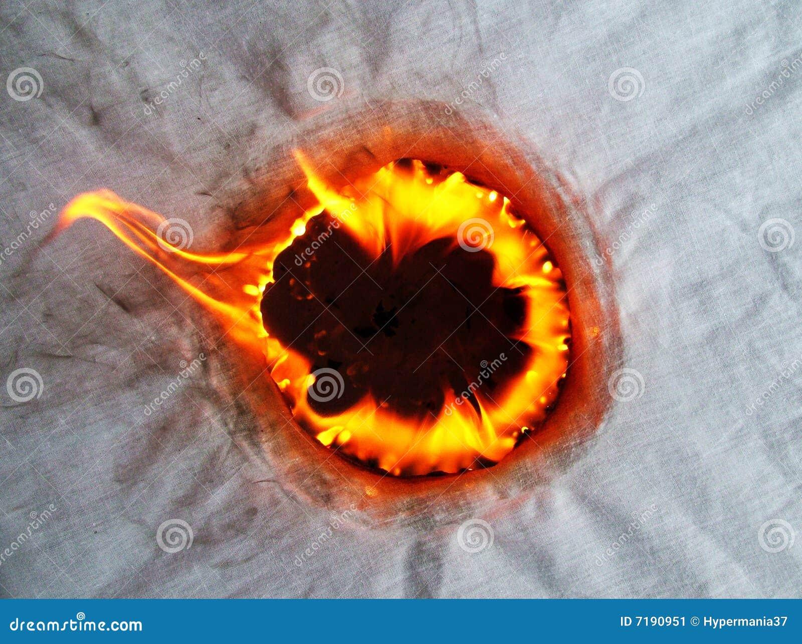 καίγοντας τρύπα υφάσματος