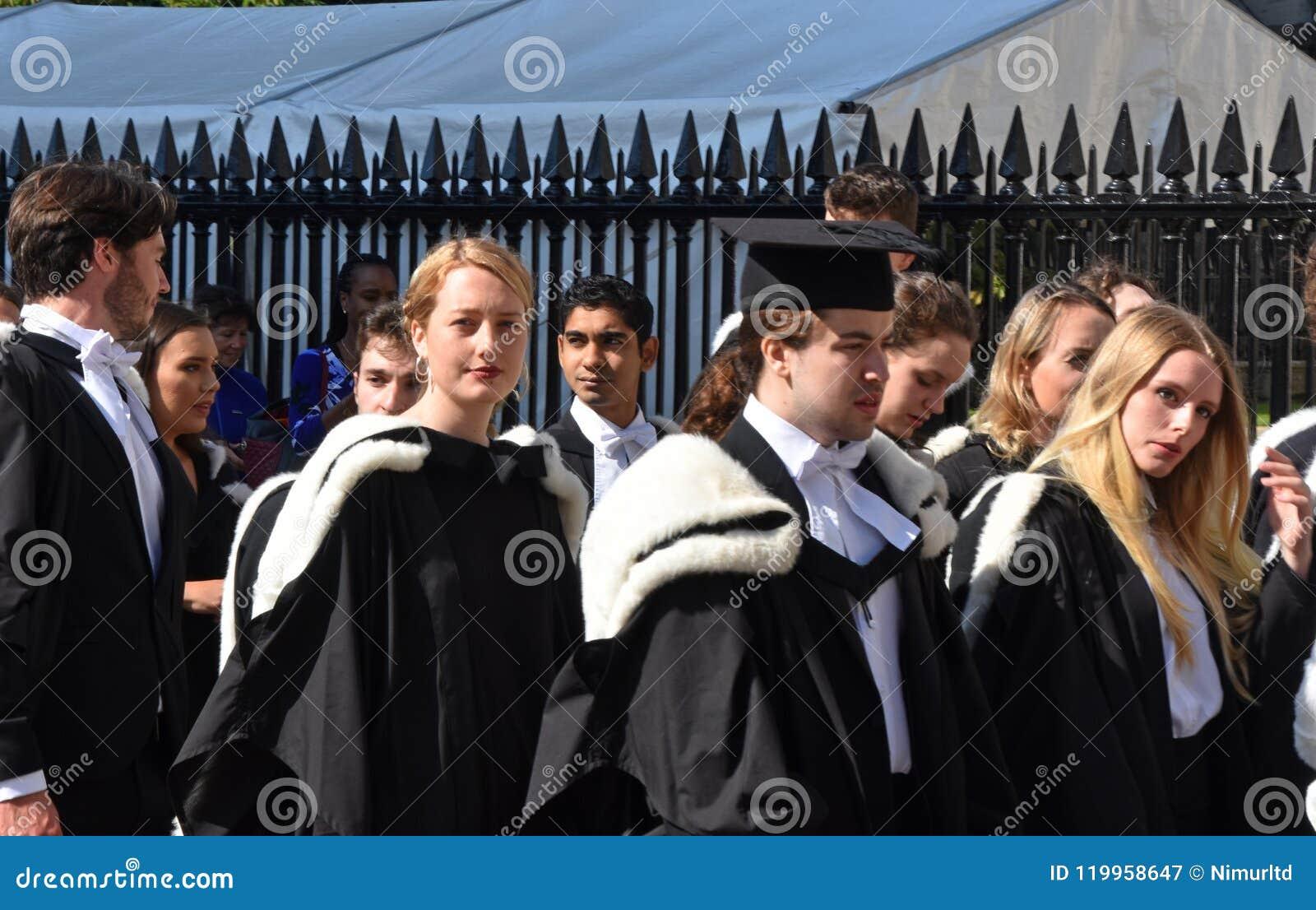 Καίμπριτζ UK, στις 27 Ιουνίου 2018: Φοιτητές πανεπιστημίου που περιμένουν να πάει μέσα