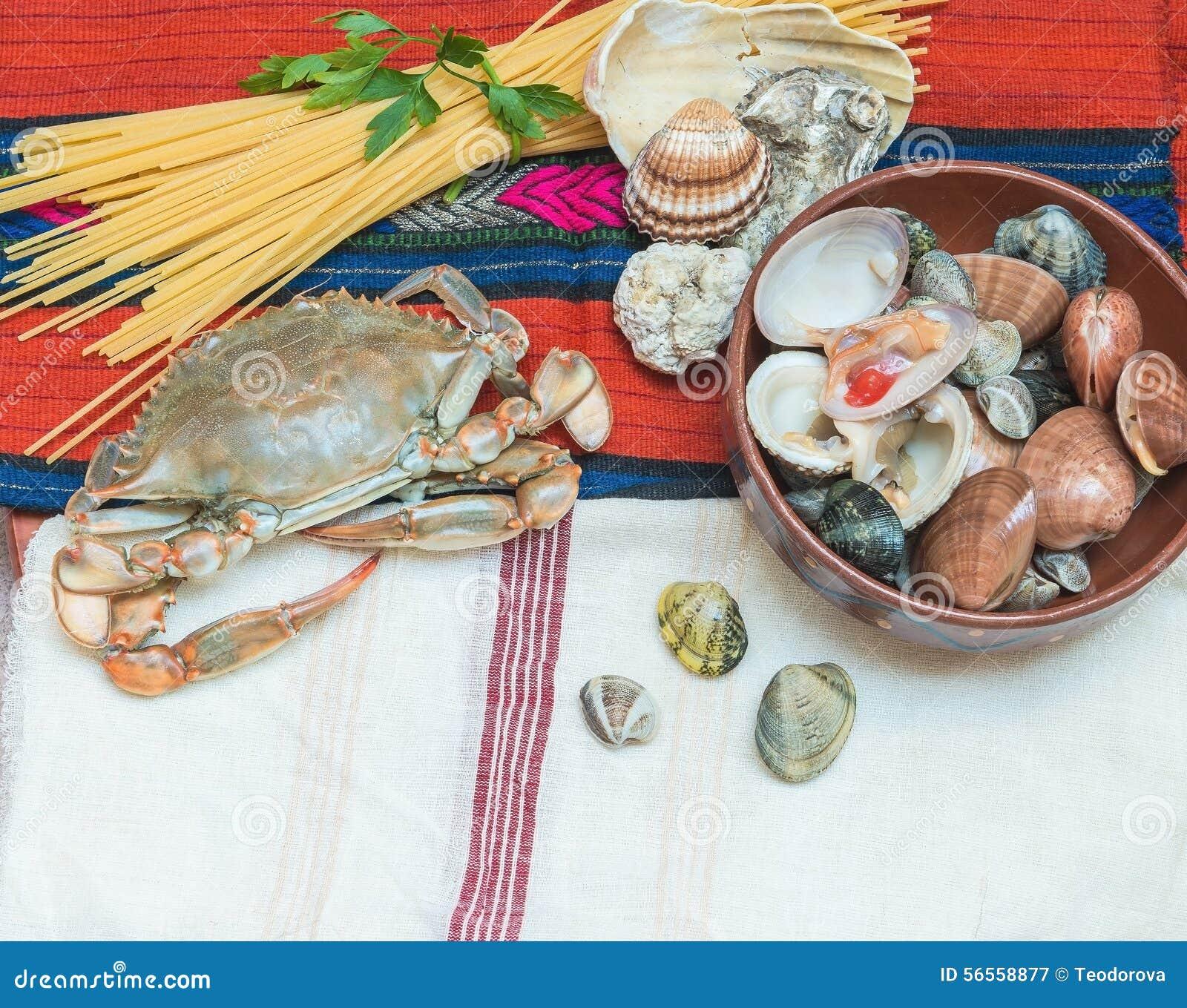 Καβούρι, θαλασσινά με τα μακαρόνια και κοχύλια στο εθνικό ύφασμα