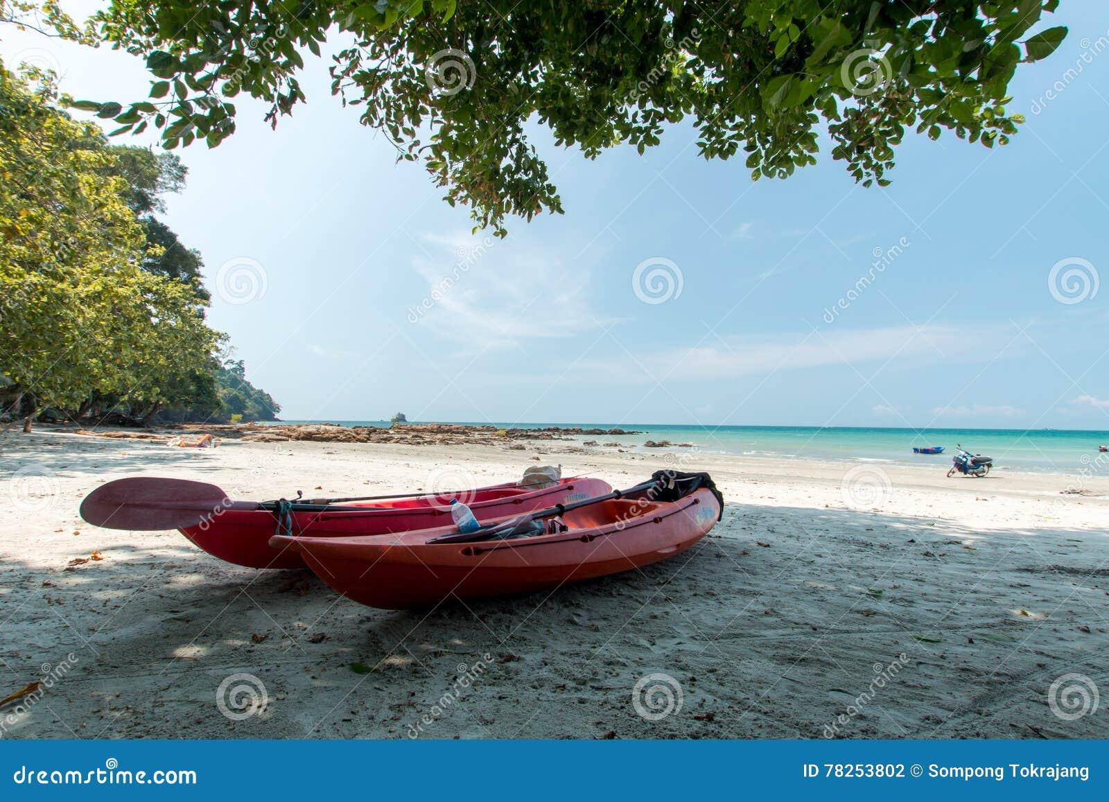 Καγιάκ στην τροπική παραλία, Ταϊλάνδη