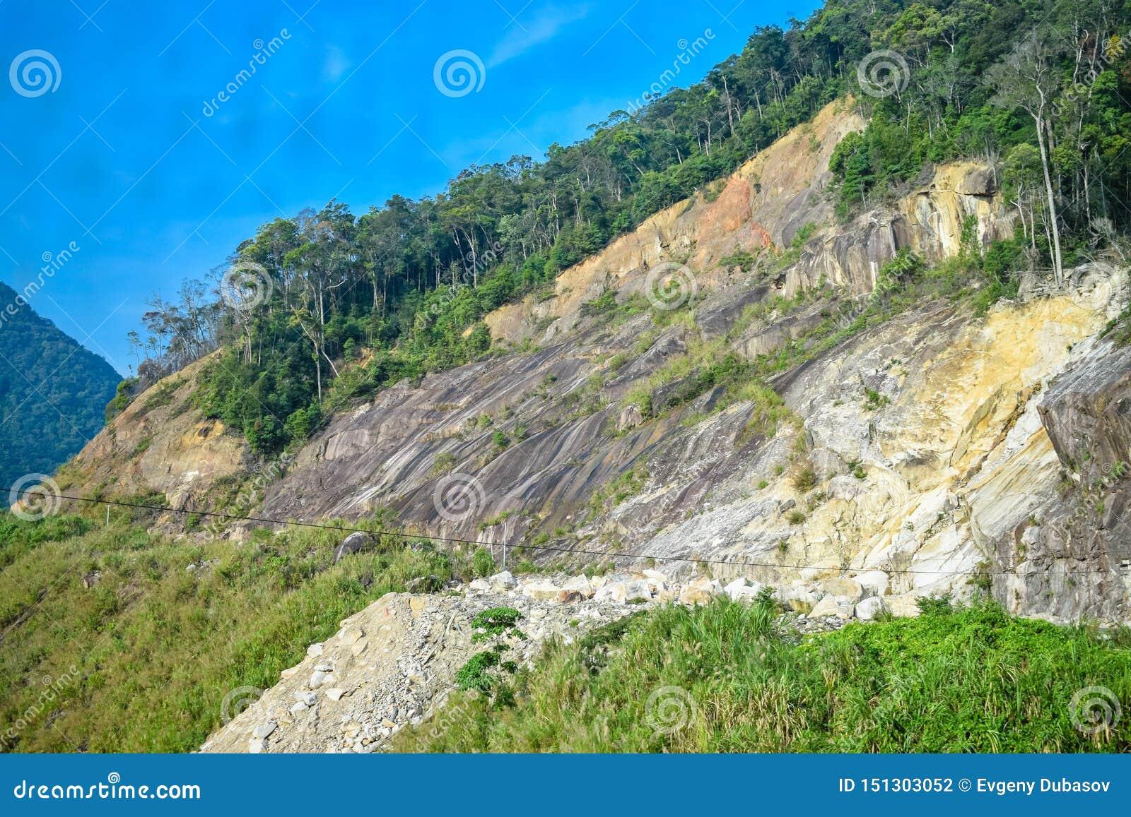 Καθίζηση εδάφους στον απότομο βράχο του βουνού με τη ζούγκλα