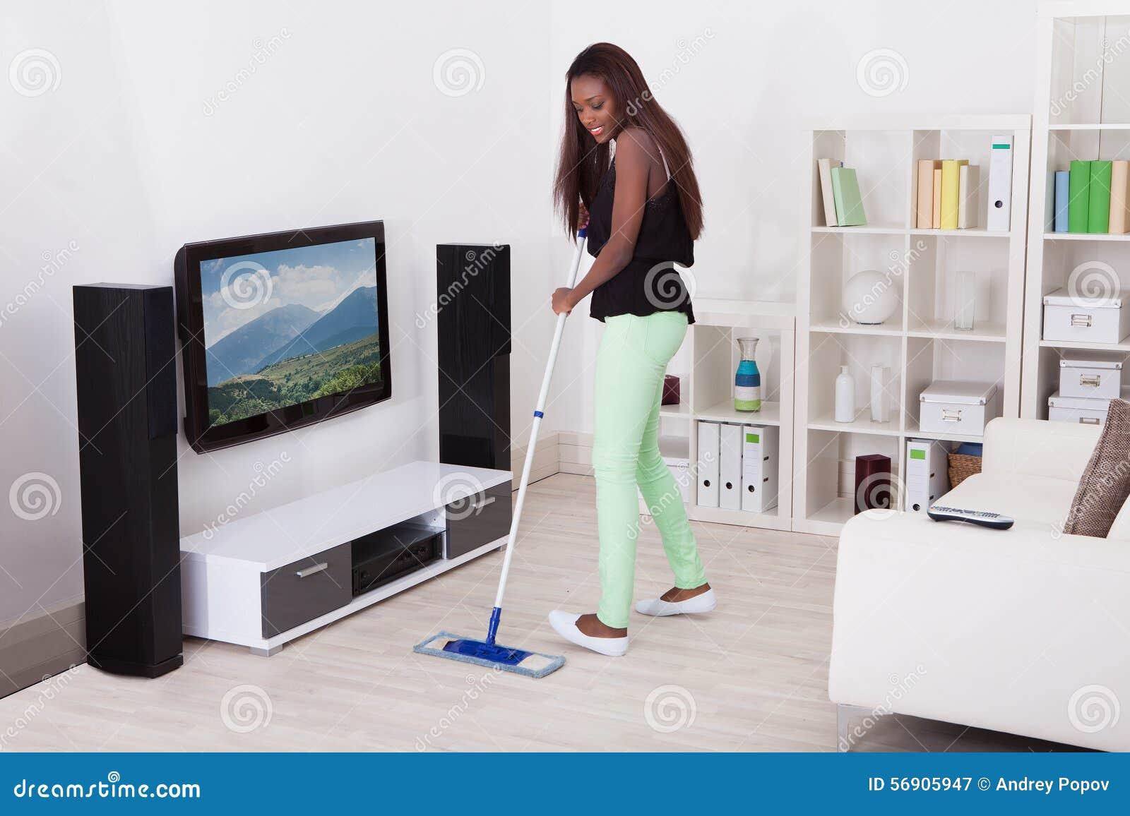 Καθαρίζοντας πάτωμα γυναικών στο καθιστικό
