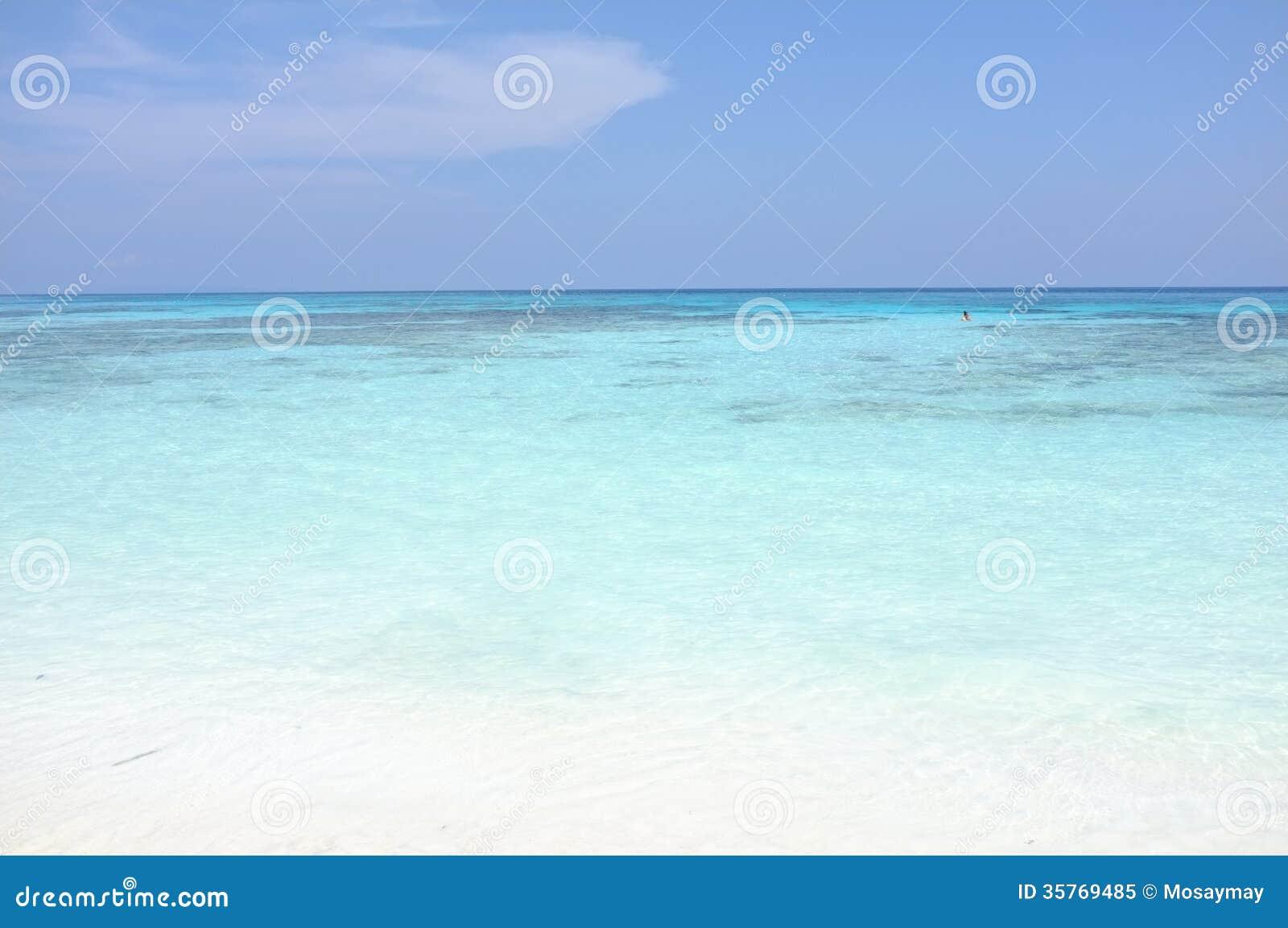 Καθαρίστε την όμορφη θάλασσα νερού στο νησί Tachai, phang-Nga Ταϊλάνδη