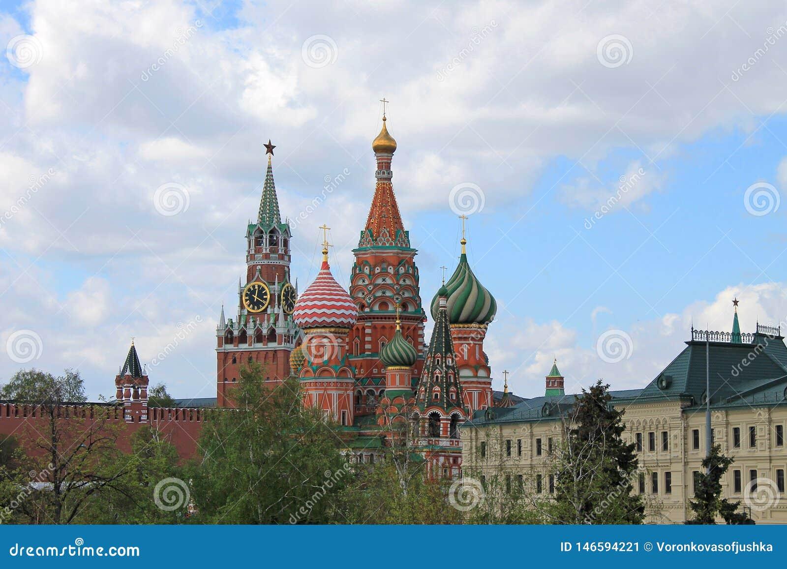 Καθεδρικός ναός του βασιλικού του ST και ο πύργος του Κρεμλίνου Spasskaya στο κόκκινο τετράγωνο στη Μόσχα Ρωσία