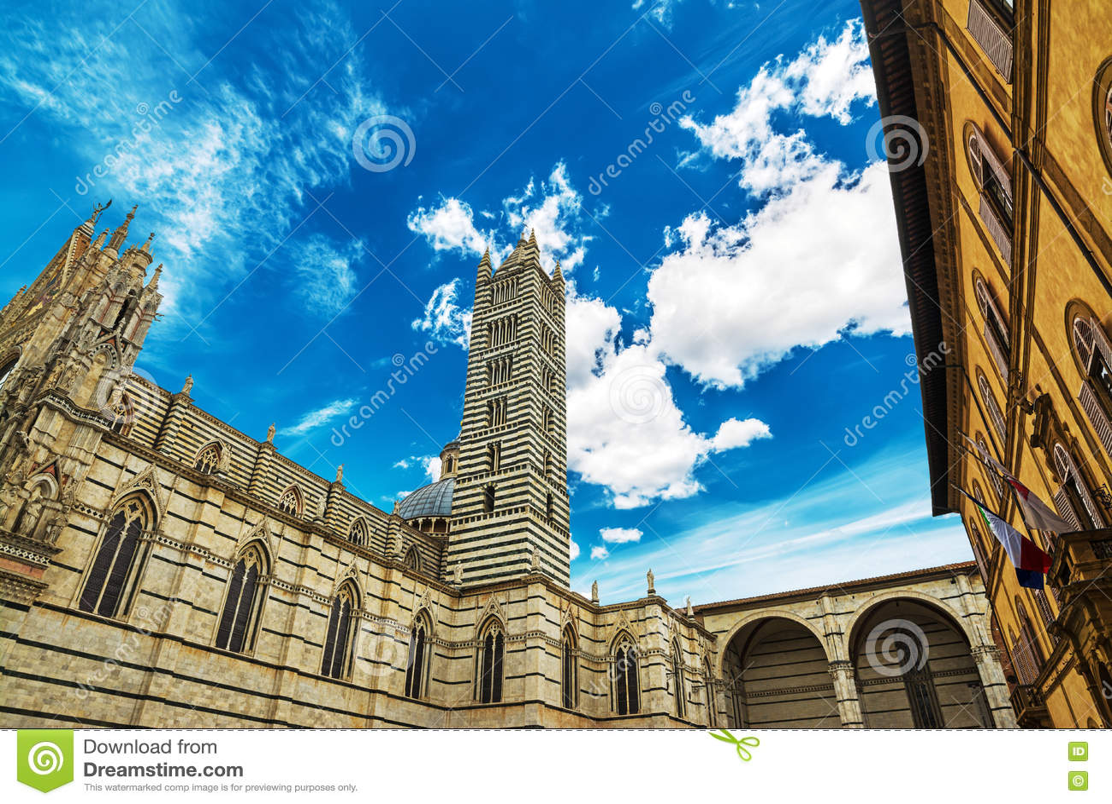 Καθεδρικός ναός της Σιένα κάτω από έναν γκρίζο νεφελώδη ουρανό