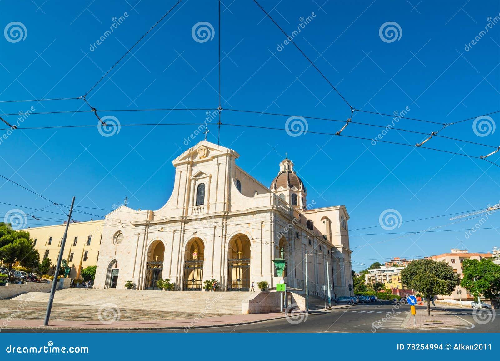 Καθεδρικός ναός Bonaria κάτω από έναν μπλε ουρανό
