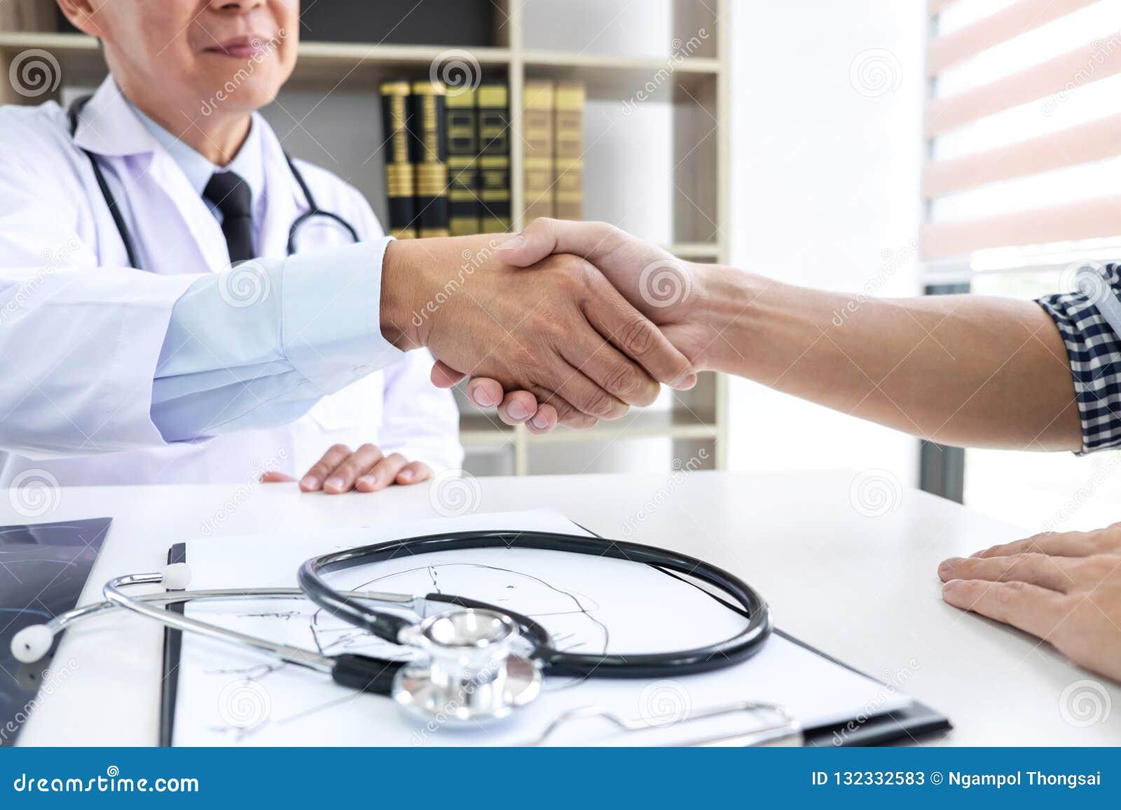 Καθηγητής Doctor που έχει τα χέρια τινάγματος με τον ασθενή μετά από το recomme