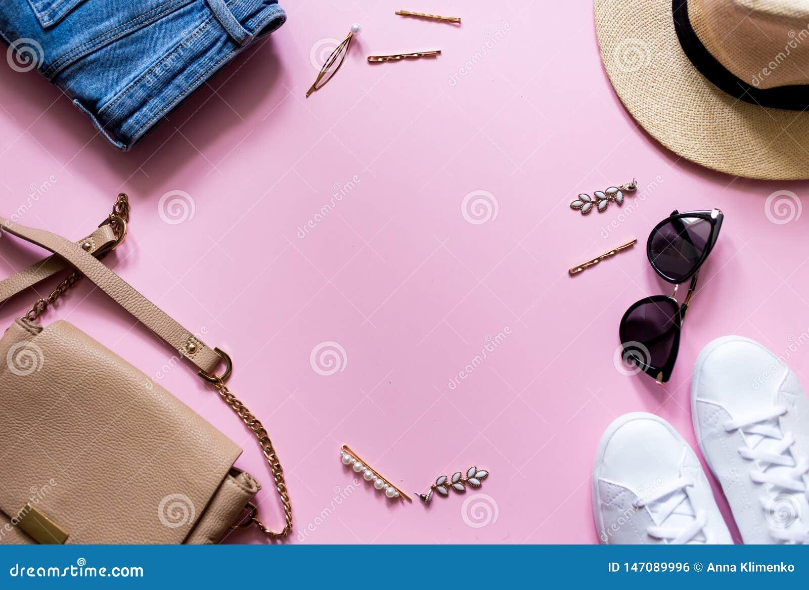 Καθιερώνοντα τη μόδα μοντέρνα θηλυκά ενδύματα flatlay Τζιν, πάνινα παπούτσια, στρογγυλά γυαλιά ηλίου, χρυσός συνδετήρας τρίχας, τ