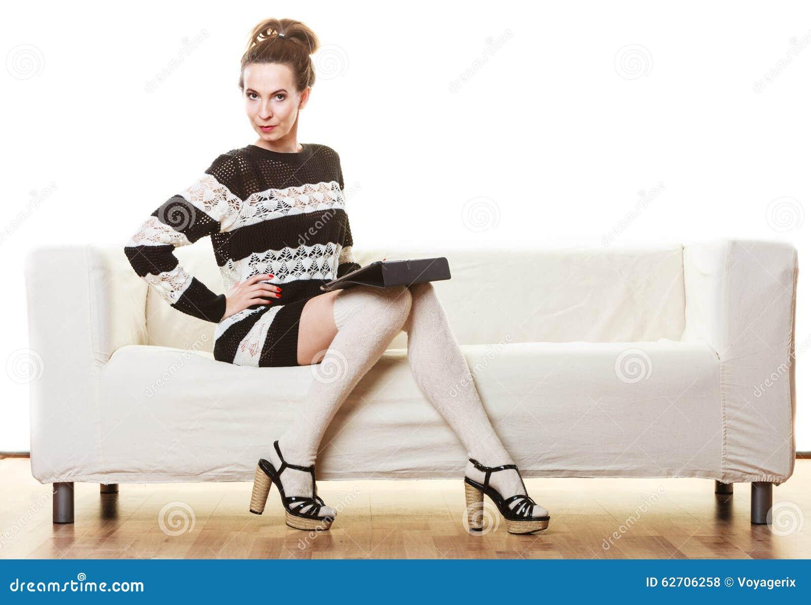 Καθιερώνουσα τη μόδα γυναίκα μόδας με την ταμπλέτα στο σπίτι