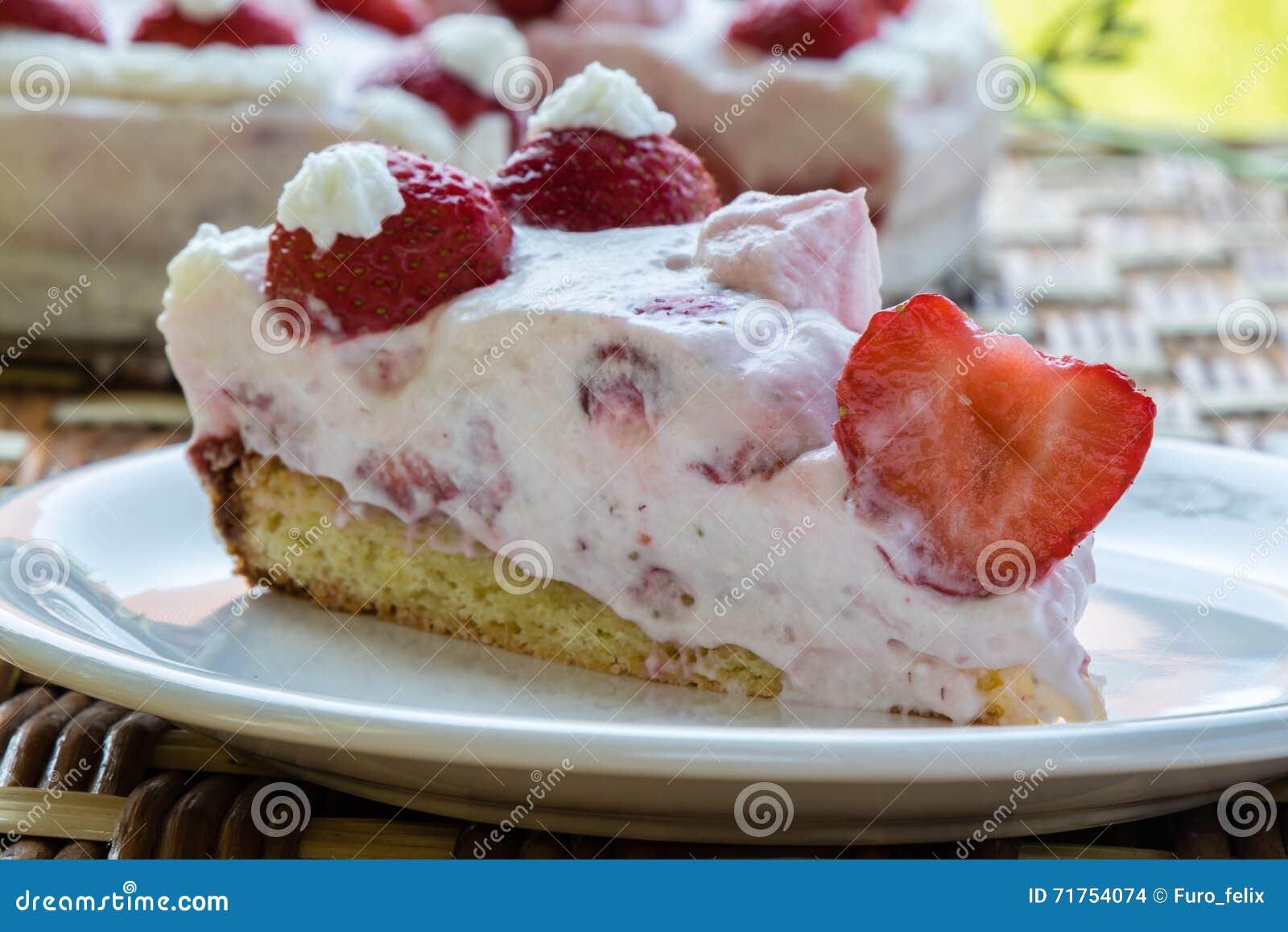 καθορισμένη φράουλα φλυτζανιών κρέμας καφέ κέικ