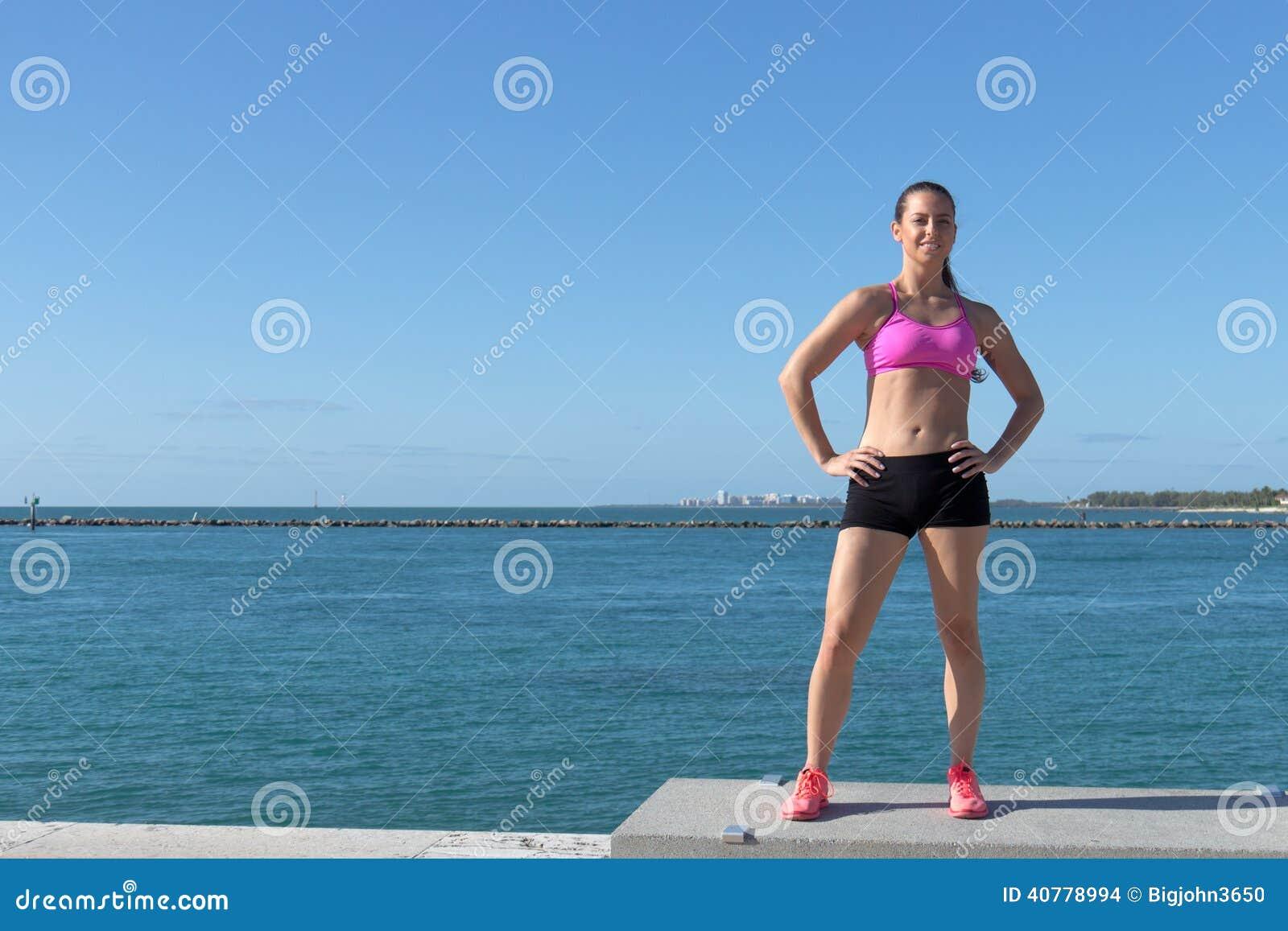 Καθορισμένος, εγκαταστήστε την ισπανική γυναίκα από τον ωκεανό