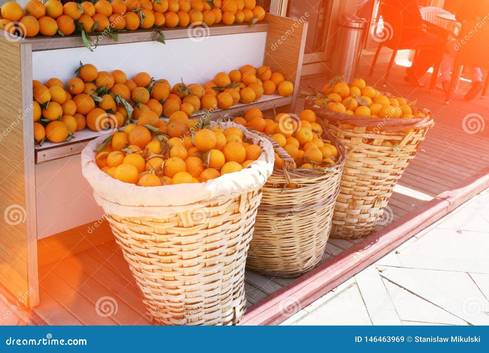 Καλάθια των πορτοκαλιών στην αγορά
