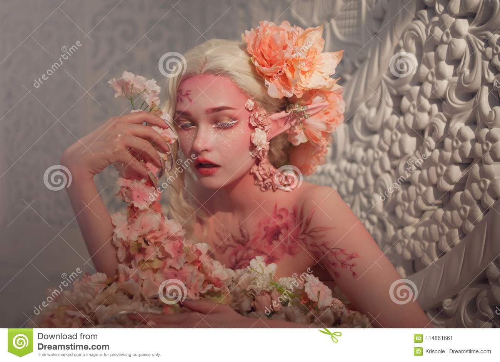 Καλή αυτή-νεράιδα μεταξύ των λουλουδιών Δημιουργική σύνθεση και bodyart