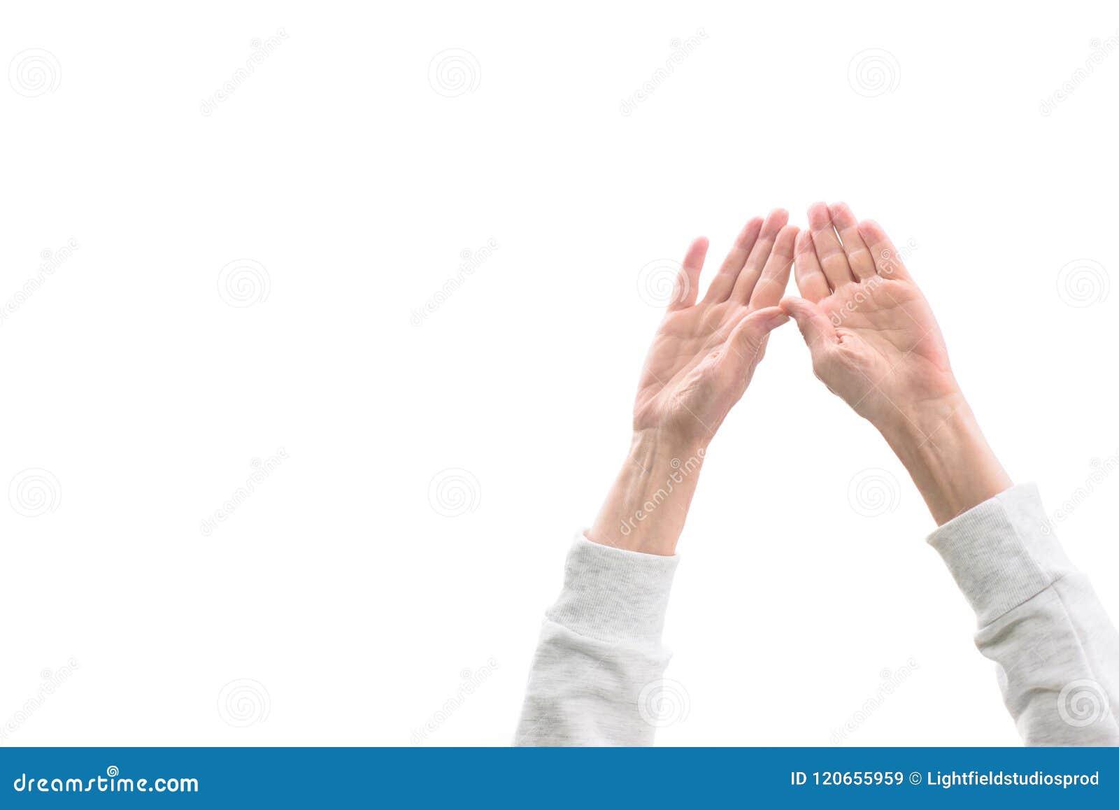 καλλιεργημένη άποψη της γυναίκας με τα χέρια επάνω,