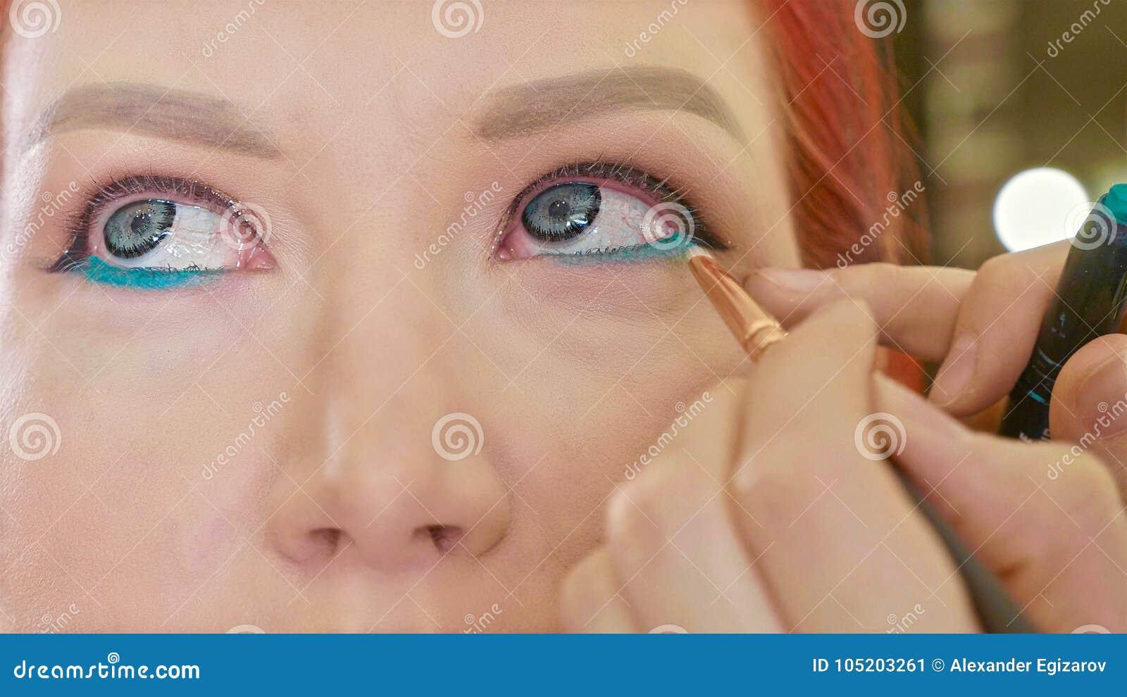 Καλλιτέχνης σύνθεσης που ισχύει makeup να διαμορφώσει το μάτι ` s Κλείστε επάνω την όψη