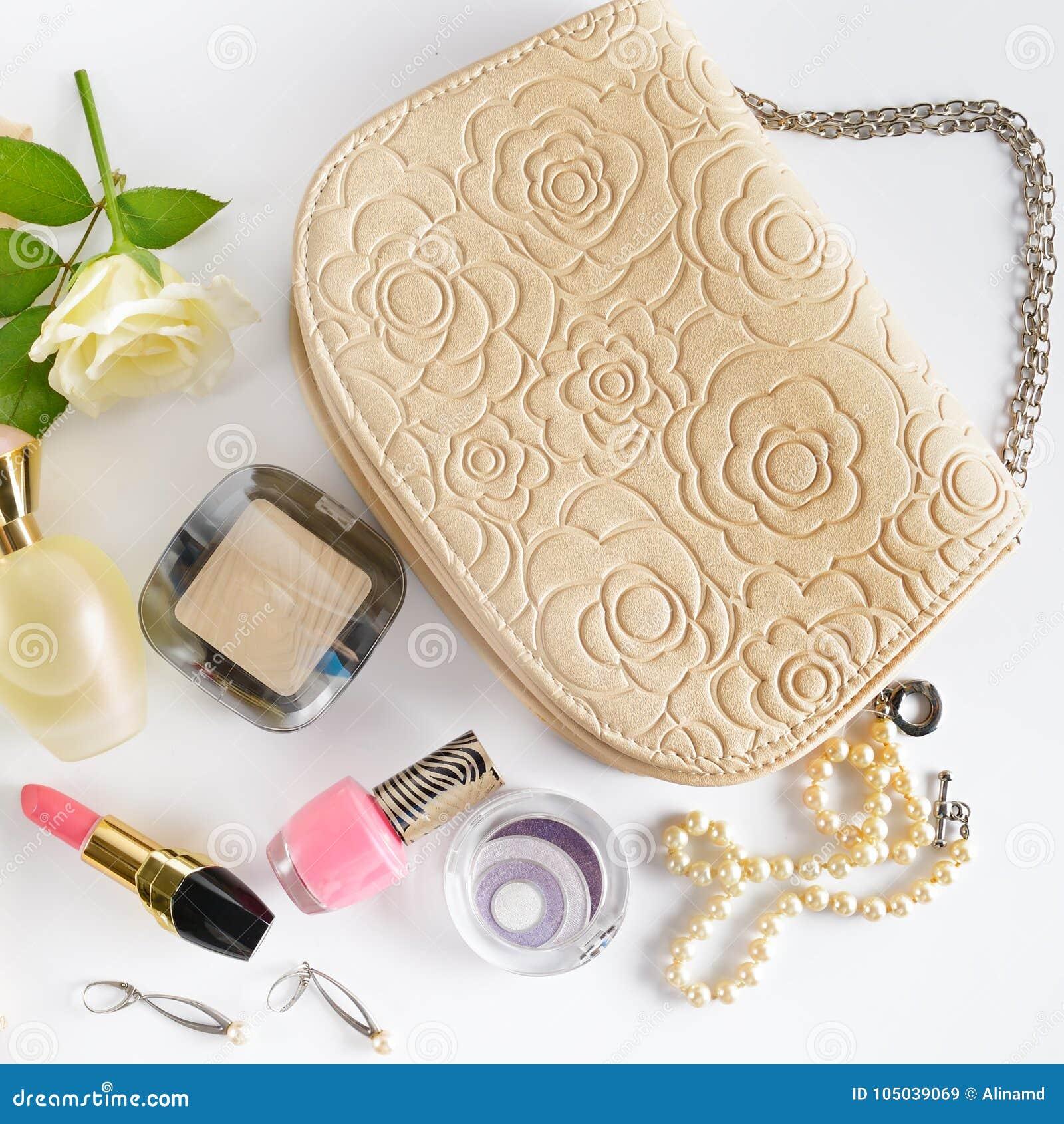 fe8c4d6fd49 Καλλυντικά, αρώματα, κόσμημα φιαγμένα από μαργαριτάρια και τσάντα ...