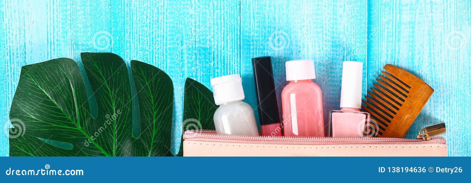 Καλλυντικά σε μια ρόδινη καλλυντική τσάντα Το χείλι σχολιάζει, αποβουτυρώνει, καρφώνει τη στιλβωτική ουσία, προϊόντα φροντίδας δέ
