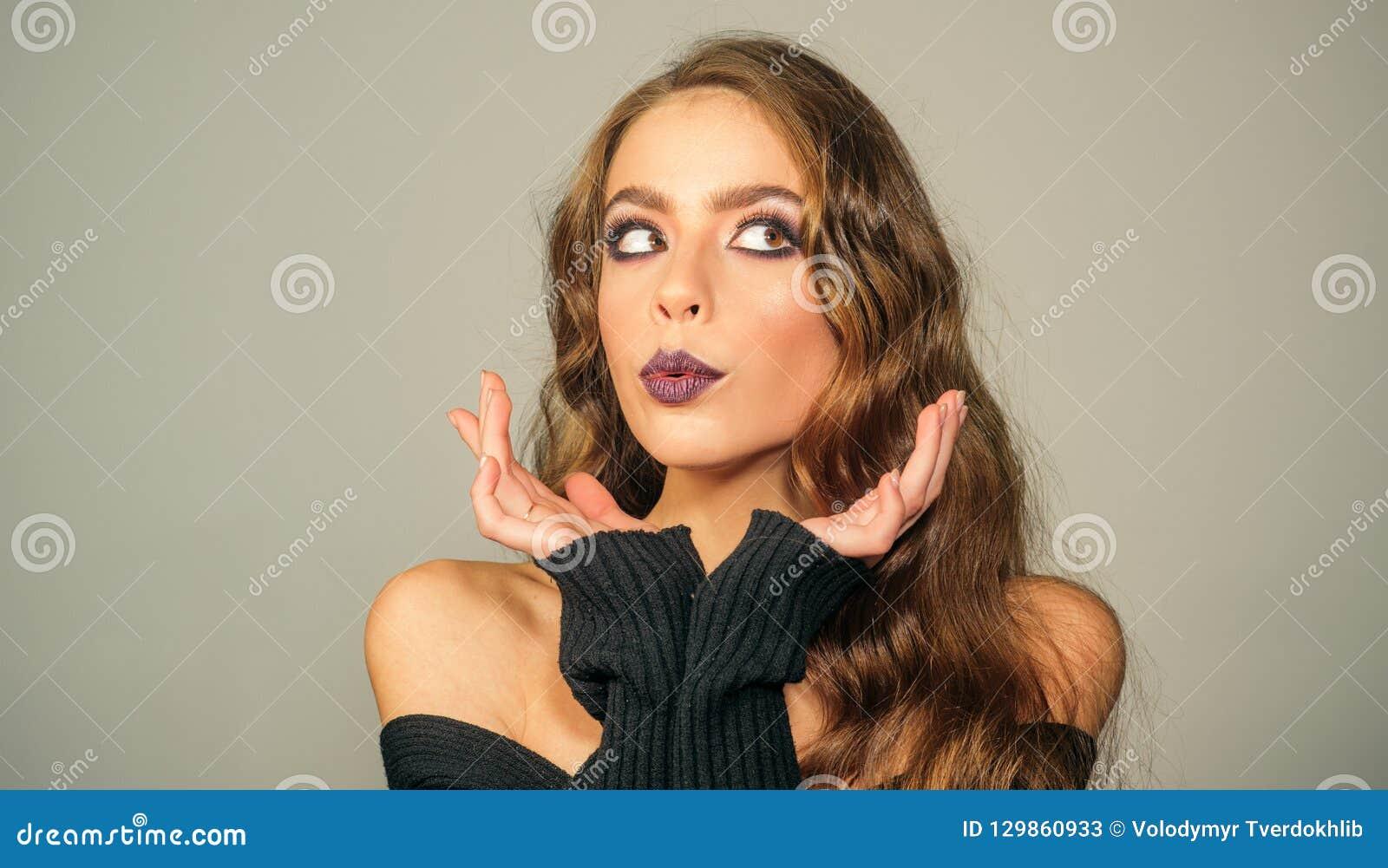 Καλλυντικά Makeup και skincare κορίτσι μόδας με τη γοητεία makeup γυναίκα πορτρέτου μόδας Σαλόνι και κομμωτής ομορφιάς