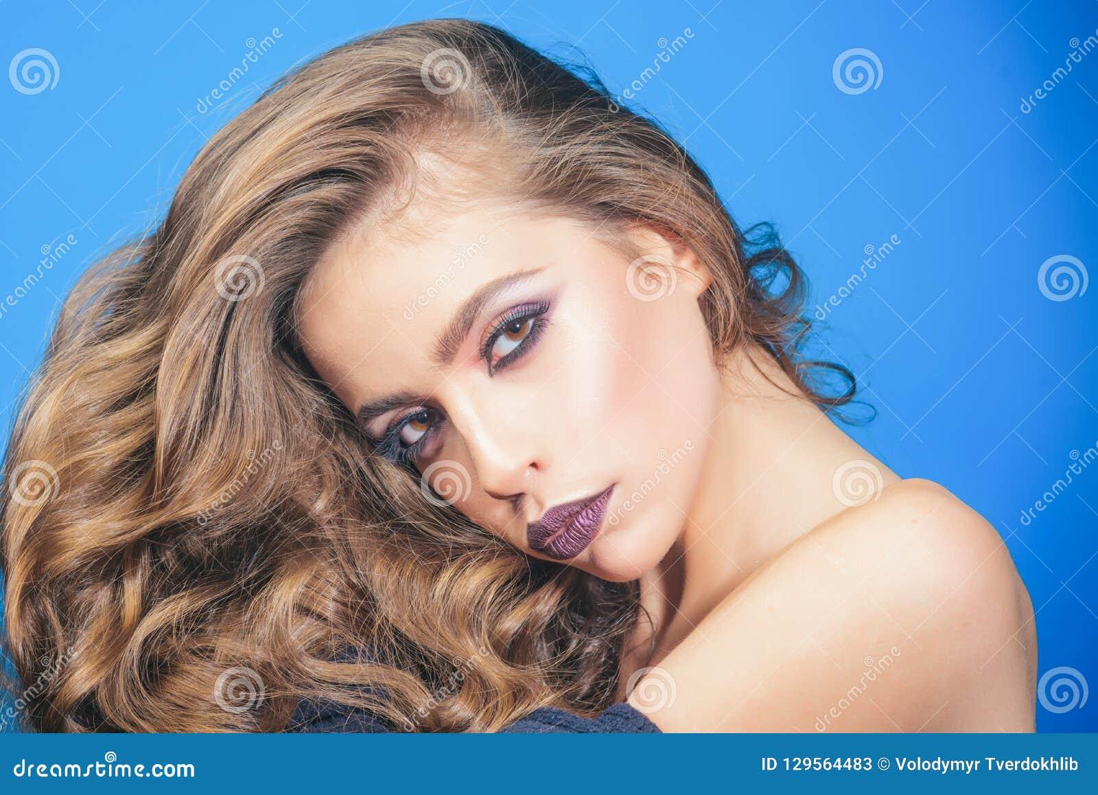 Καλλυντικά Makeup και skincare Σαλόνι και κομμωτής ομορφιάς κορίτσι μόδας με τη γοητεία makeup γυναίκα πορτρέτου μόδας