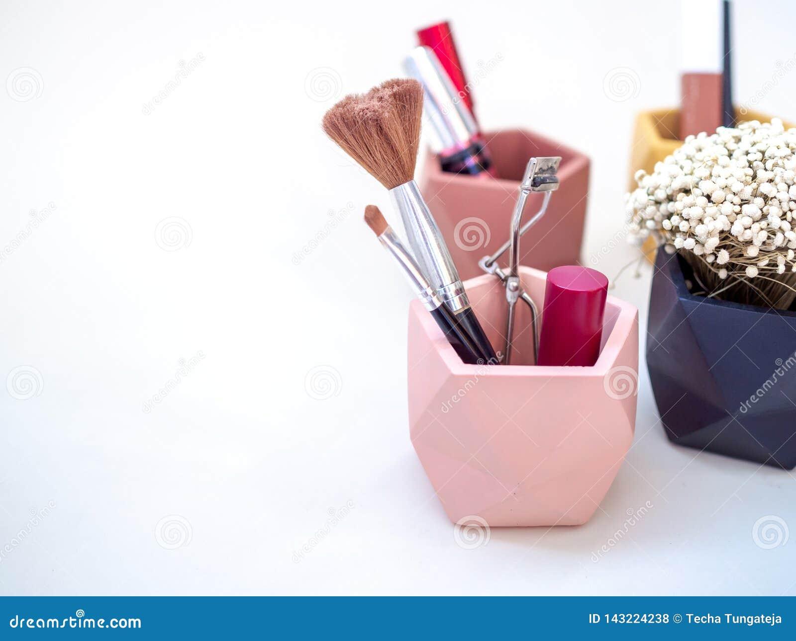Καλλυντικό προϊόντων Makeup στο ρόδινο εμπορευματοκιβώτιο