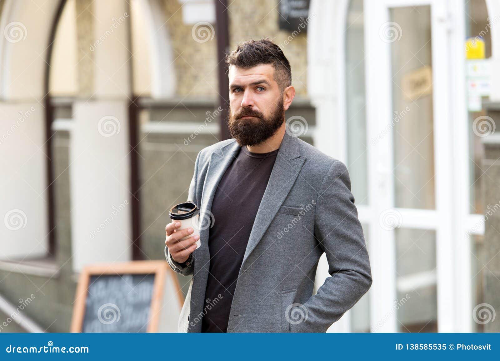 Καλλωπισμένος επιχειρηματιών καλά η εμφάνιση απολαμβάνει τον καφέ ξεσπά του εμπορικού κέντρου Χαλαρώστε και επαναφορτίστε Γενειοφ