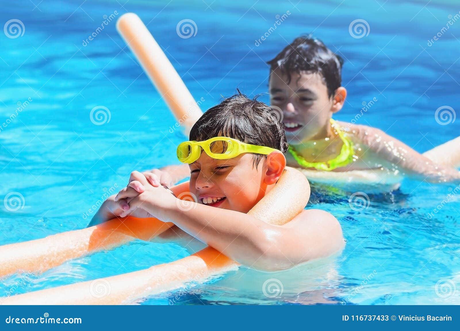 Καλοκαίρι, δύο αγόρια που περνά καλά στην πισίνα