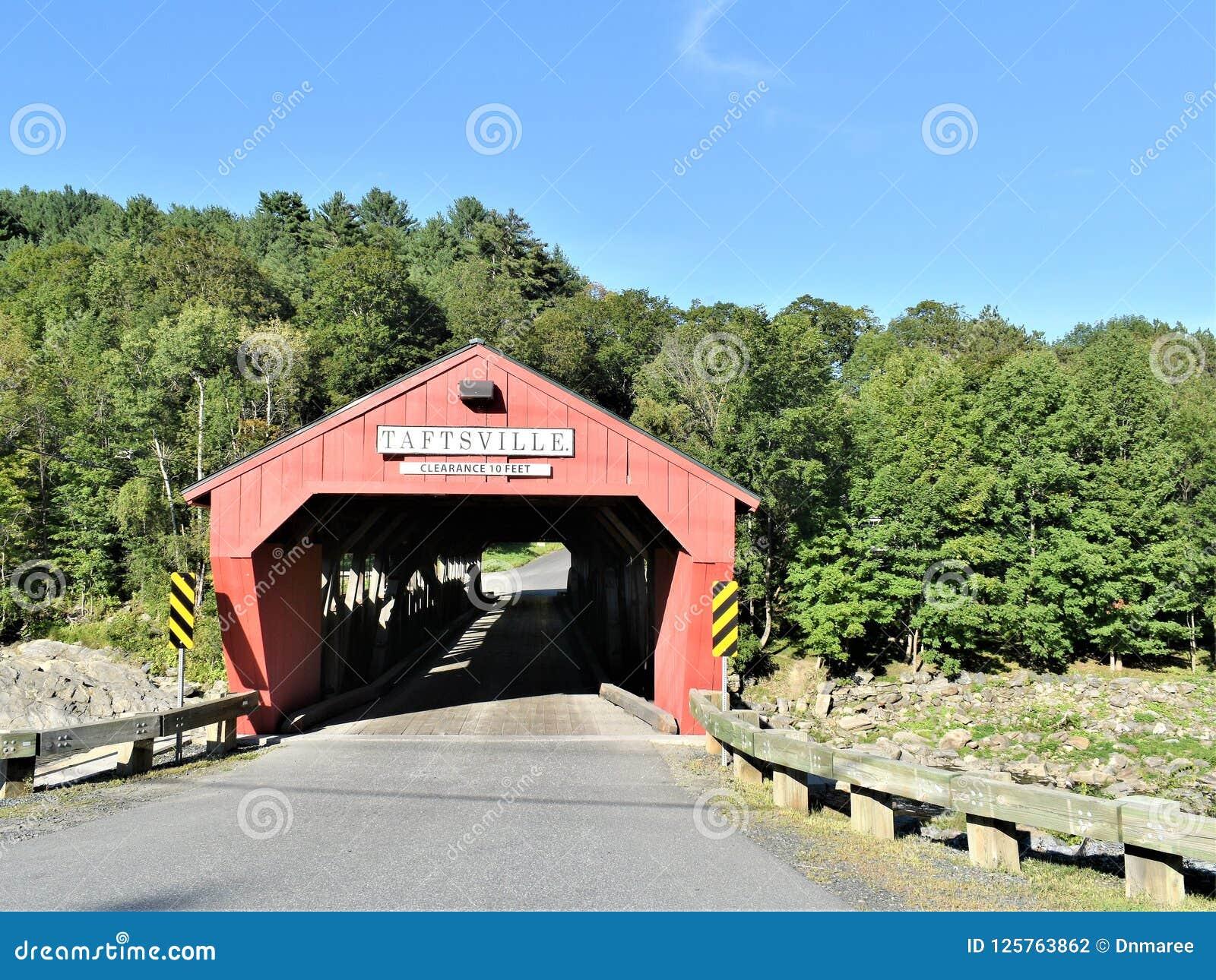Καλυμμένη Taftsville γέφυρα στο χωριό Taftsville πόλη Woodstock, κομητεία Windsor, Βερμόντ, Ηνωμένες Πολιτείες
