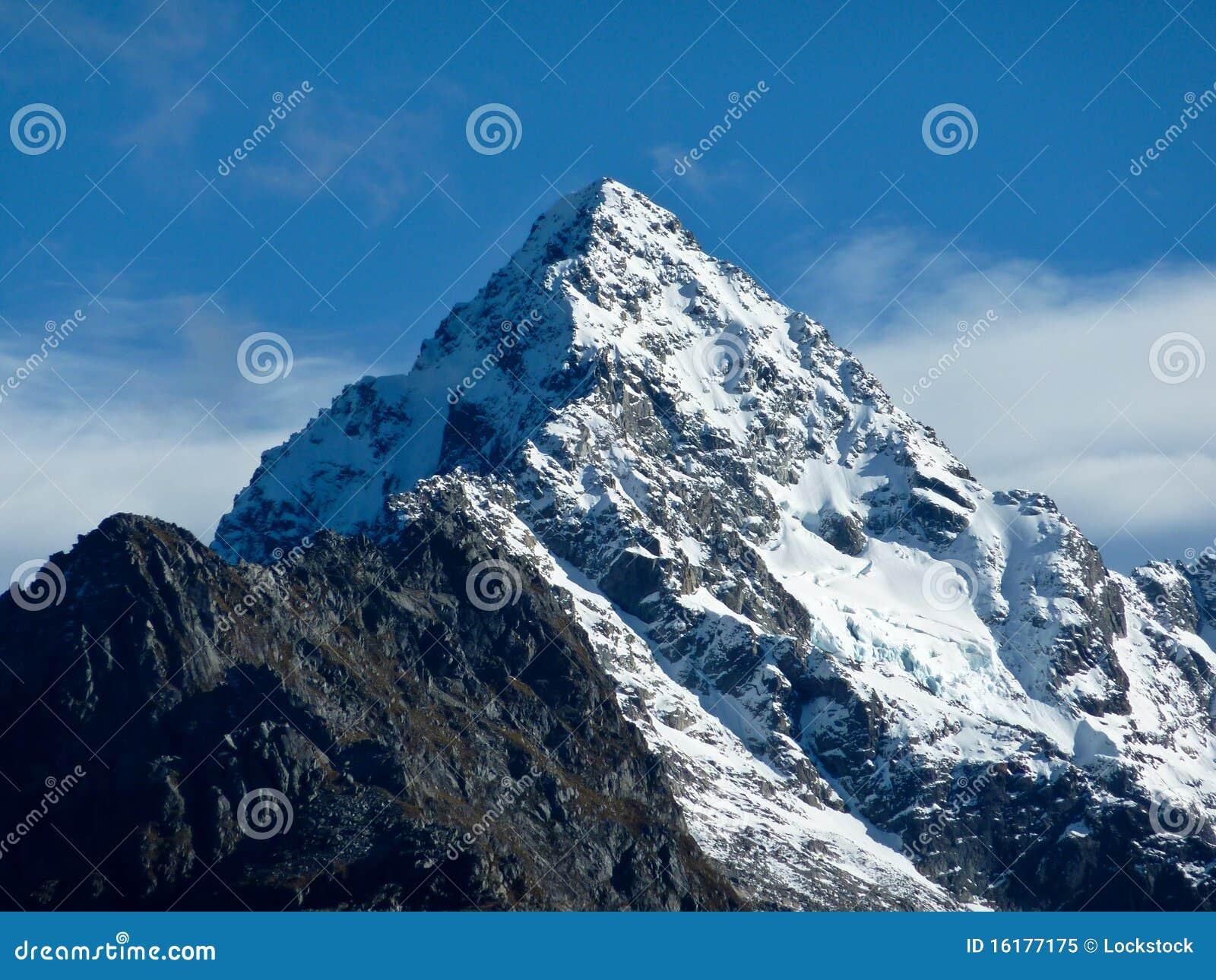 καλυμμένο χιόνι βουνών