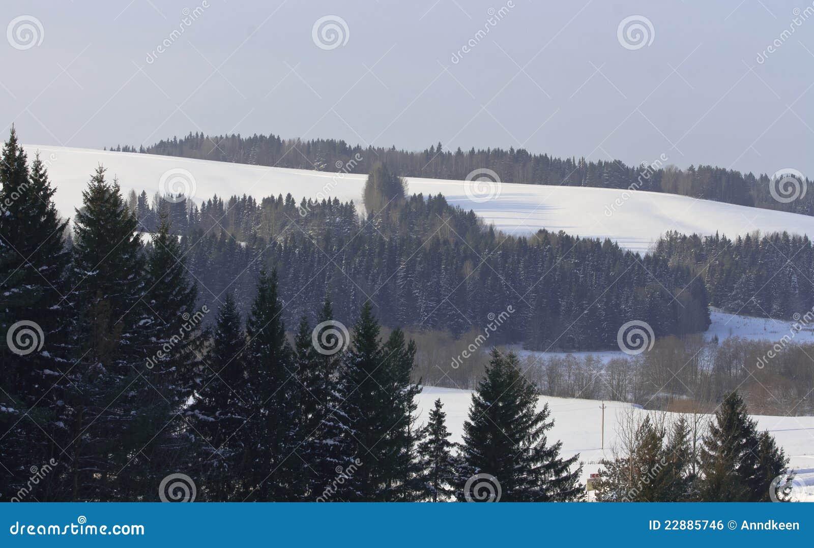 καλυμμένο χιόνι τοπίων λόφων