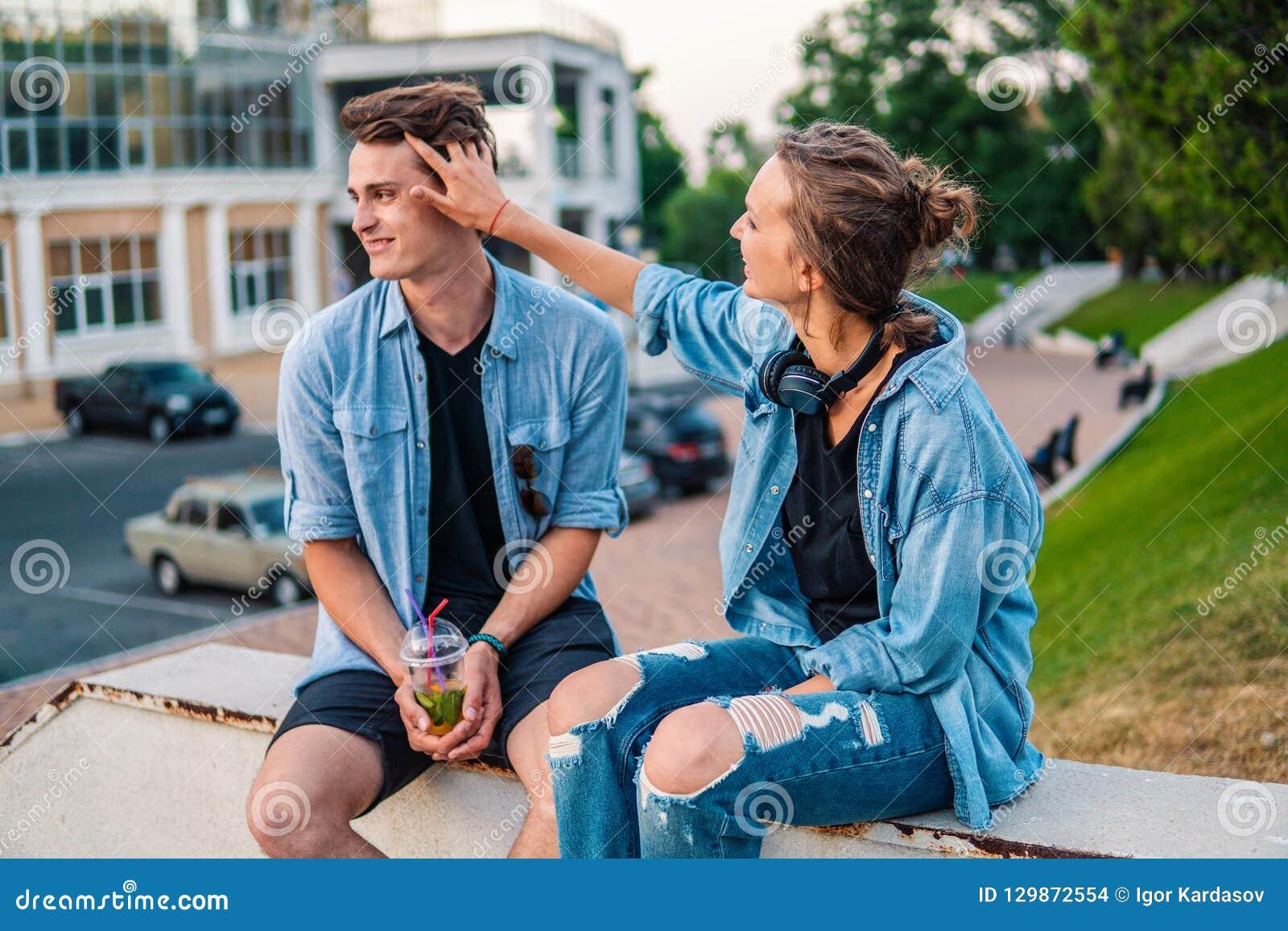 Καλό νέο ζεύγος hipster που χρονολογεί κατά τη διάρκεια του θερινού ηλιοβασιλέματος