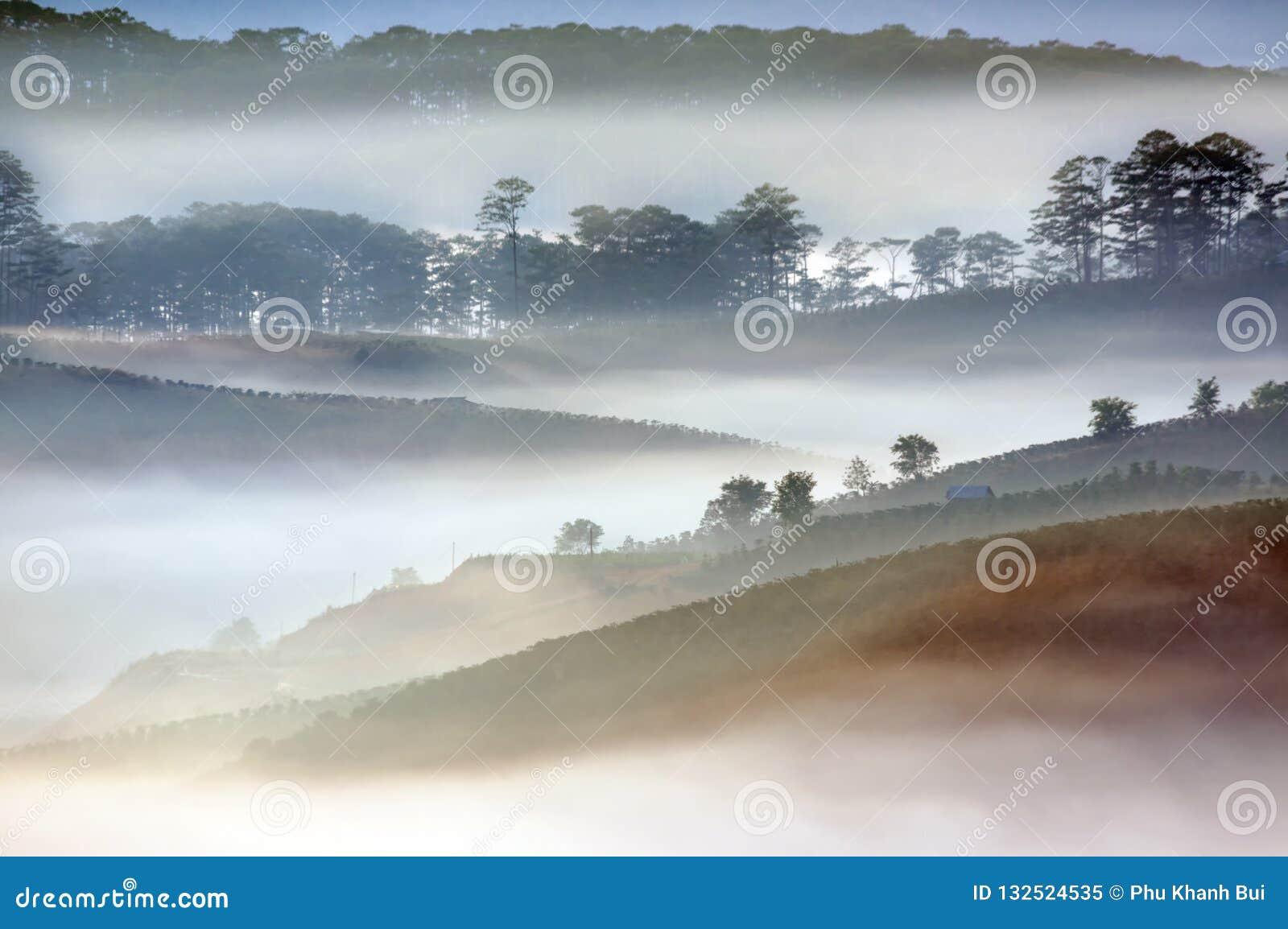 Καλύτερες πανόραμα και εικόνα του τοπίου στο μικρό χωριό στην κοιλάδα στο μέρος 2 ανατολής