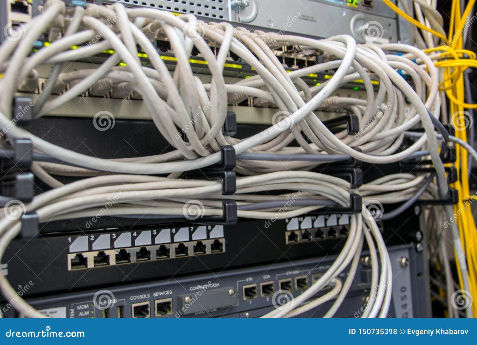 Καλώδια δικτύων στο συνδετήρα