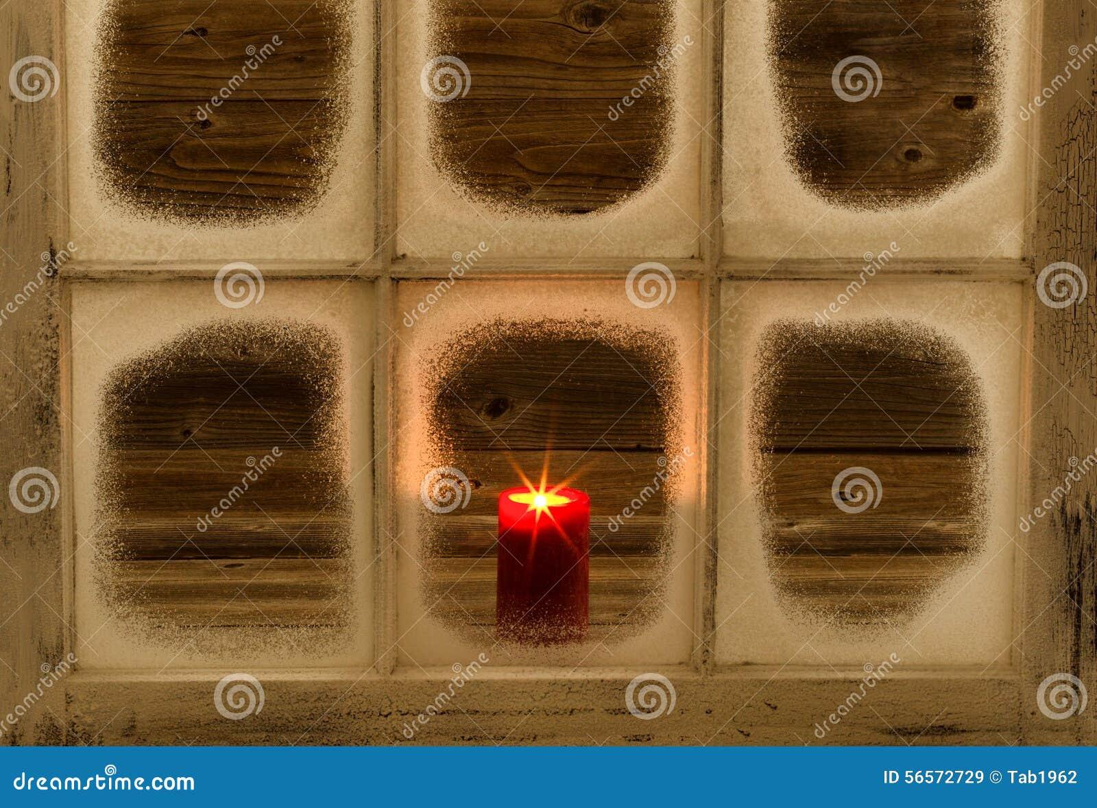 Download Καμμένος κόκκινο κερί στο χιονισμένο παράθυρο Στοκ Εικόνα - εικόνα από χειμώνας, φως: 56572729