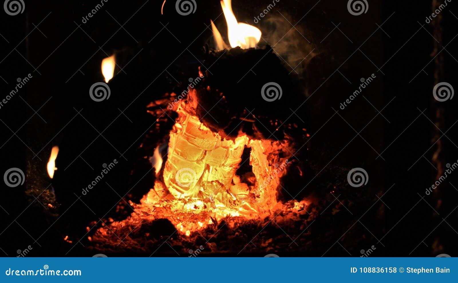 Καμμένος πορτοκαλιοί και κόκκινοι άνθρακες μέσα σε έναν καυτό ξύλινο φούρνο