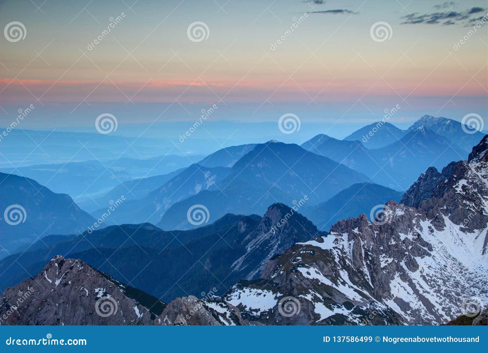 Καμμένος ρόδινος ορίζοντας και μπλε κορυφογραμμές, σειρά Αυστρία Karawanken
