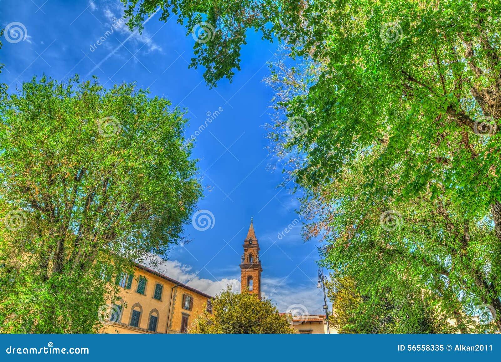 Download Καμπαναριό Spirito Santo που βλέπει μέσω των πράσινων δέντρων Στοκ Εικόνα - εικόνα από κτήμα, antiquate: 56558335