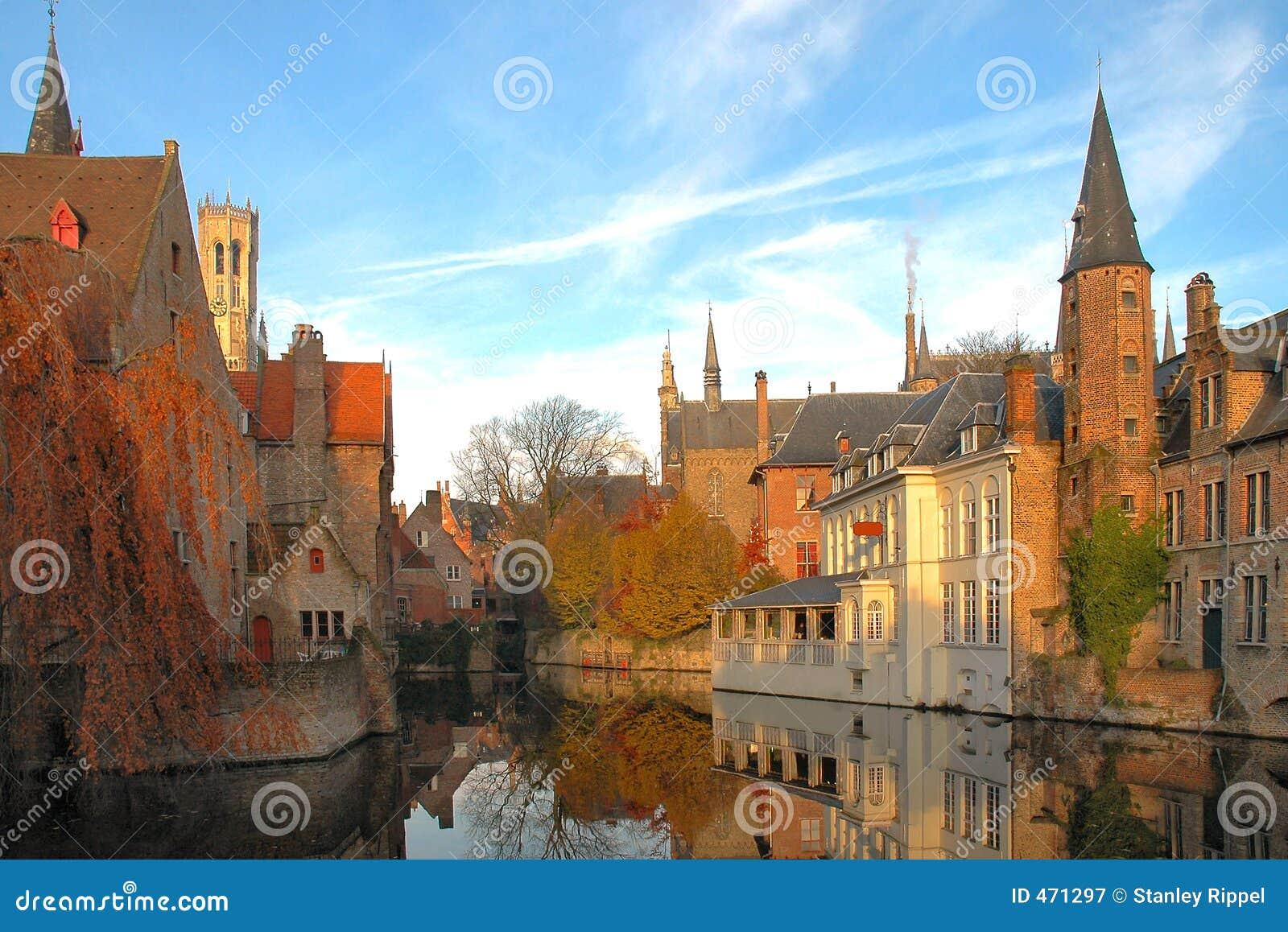 κανάλι κτηρίων του Βελγίου brugges ζωηρόχρωμο