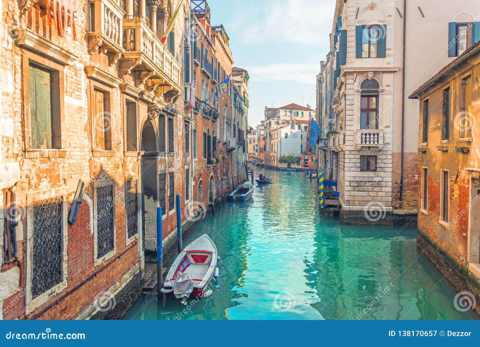 Κανάλι στη Βενετία, άποψη της αρχιτεκτονικής και των κτηρίων Χαρακτηριστική αστική άποψη