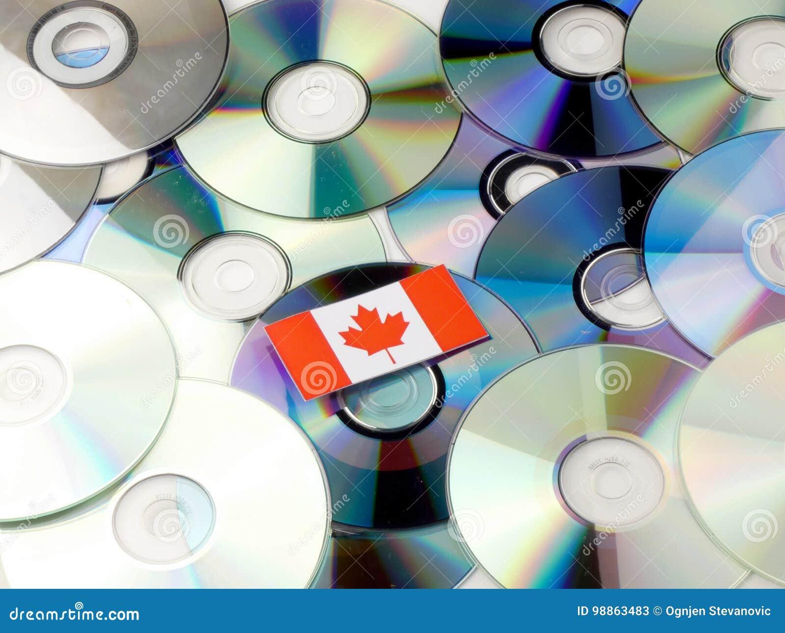 Καναδική σημαία το σωρό του CD και DVD που απομονώνεται πάνω από στο λευκό