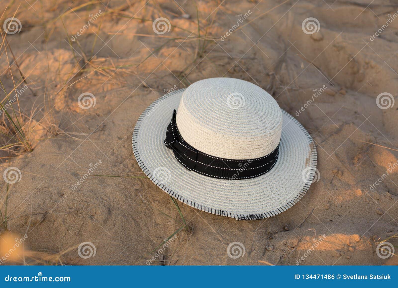 Καπέλο στην άμμο απομονωμένο λευκό αχύρου μονοπατιών ψαλιδίσματος ανασκόπησης καπέλο Άμμος Καλοκαίρι