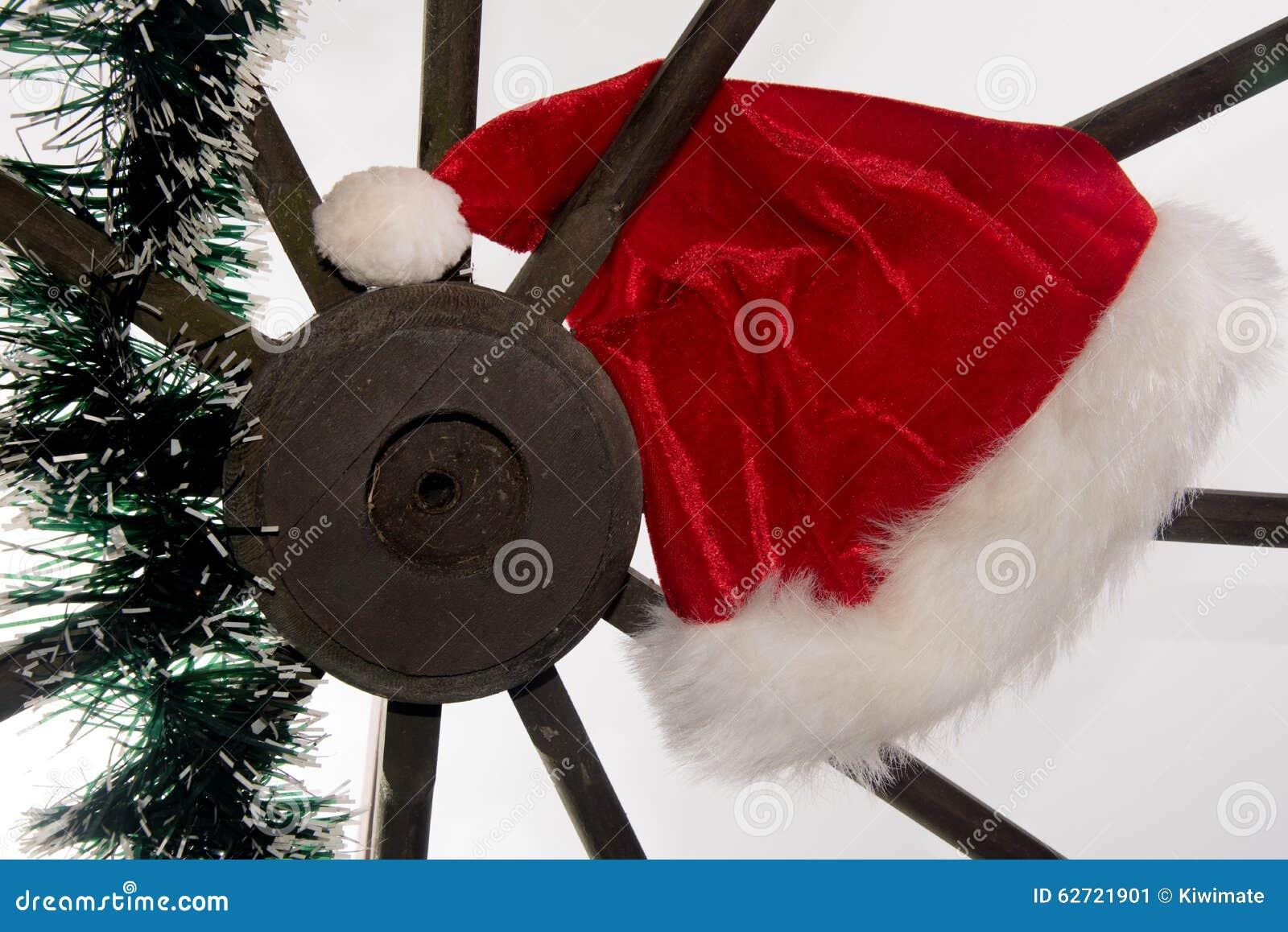 Καπέλο Santa σε μια παλαιά ξύλινη ρόδα βαγονιών εμπορευμάτων