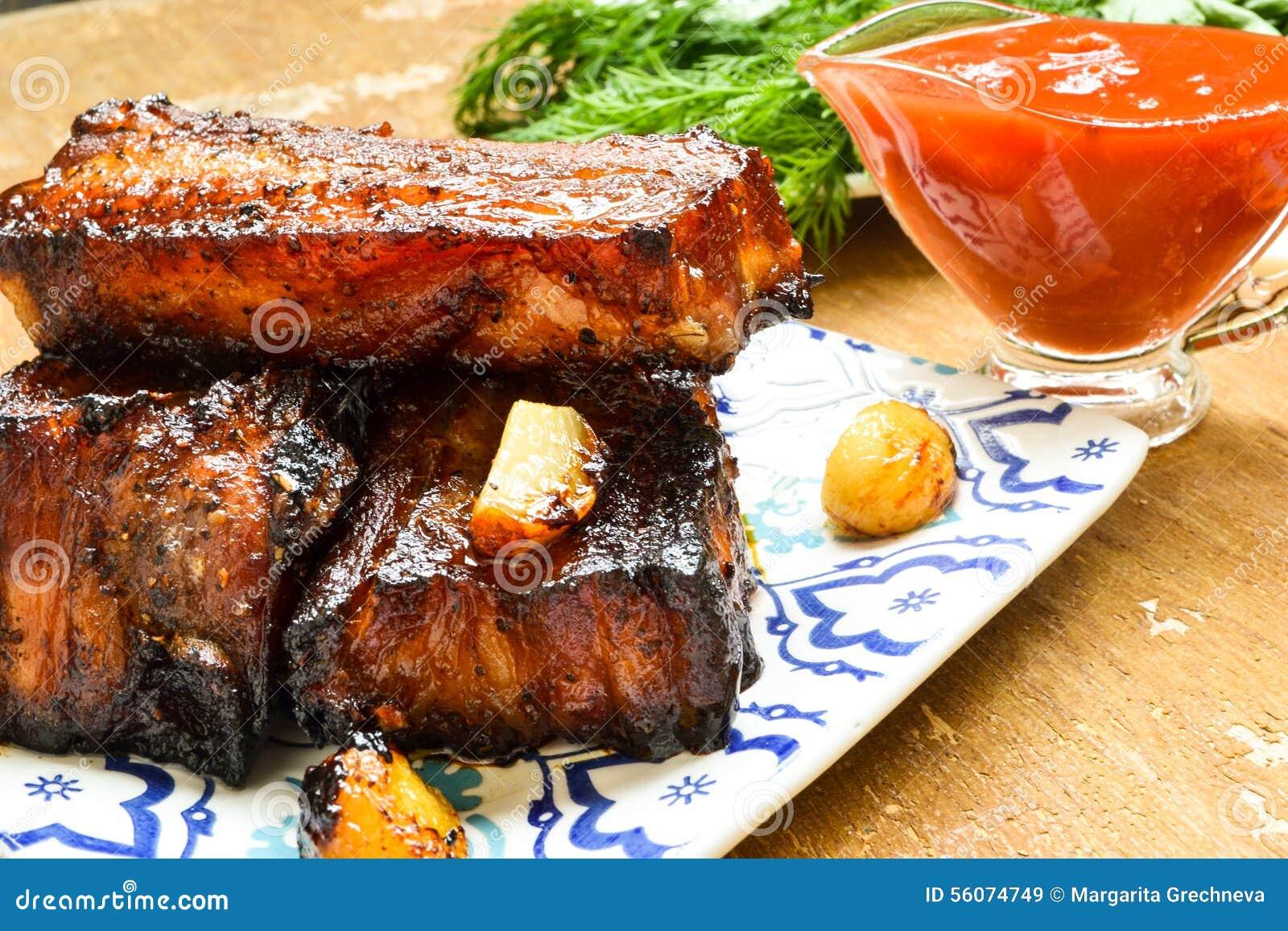 Καπνισμένα πλευρά χοιρινού κρέατος με τη σάλτσα ντοματών