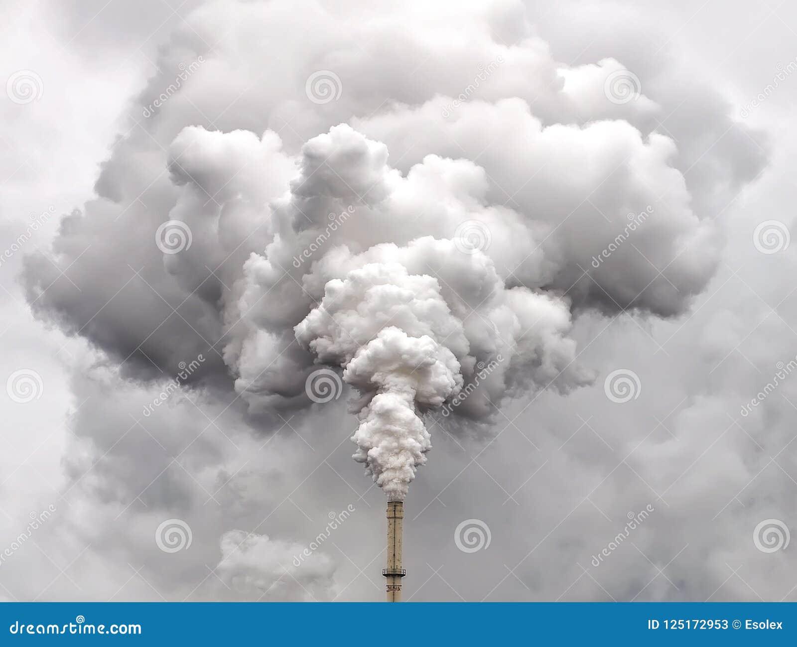 Καπνός από το σωλήνα εργοστασίων ενάντια στο συννεφιάζω ουρανό